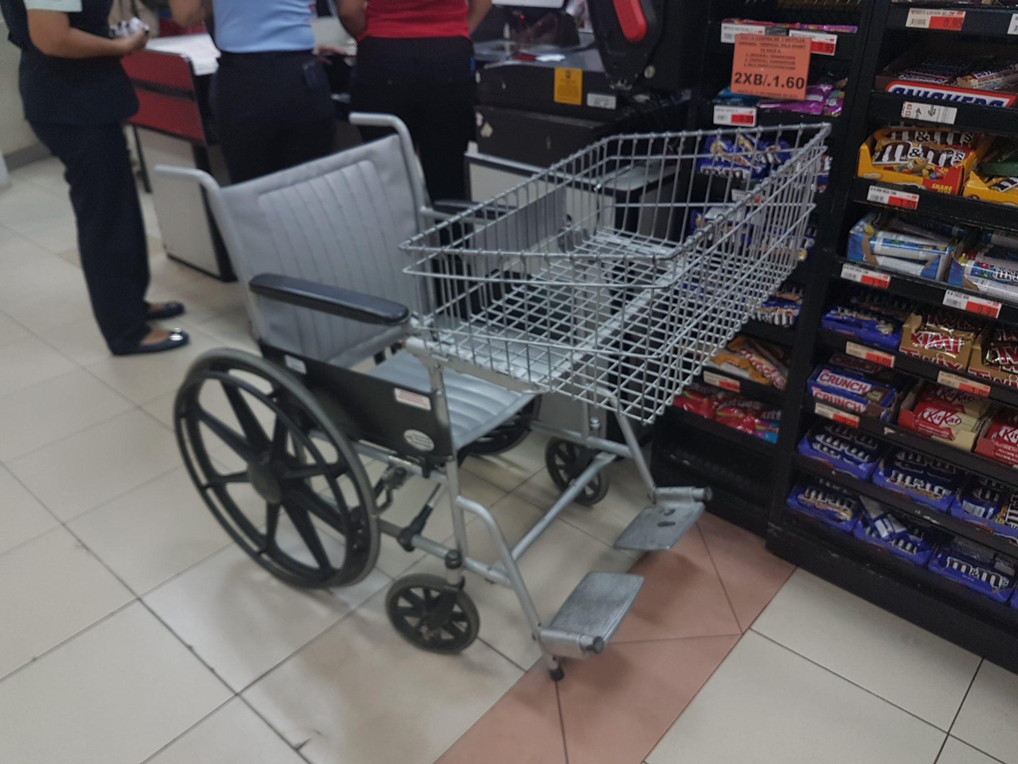 Koszyk na zakupy dla niepełnosprawnych w jednym z supermarketów Fot. Maria Górczyńska