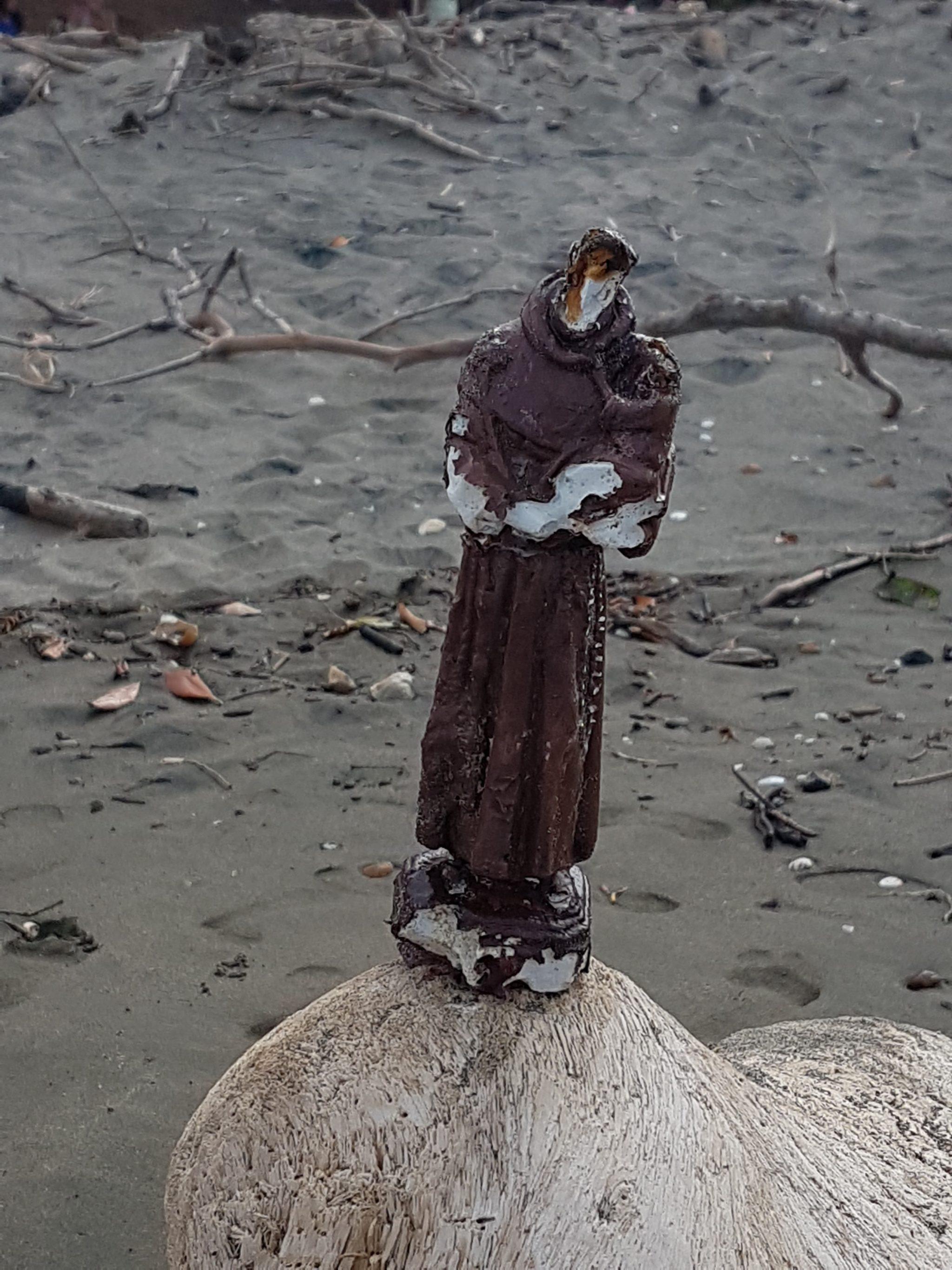 Figura św. Franciszka, którą ocean wyrzucił na plażę Fot. Maria Górczyńska