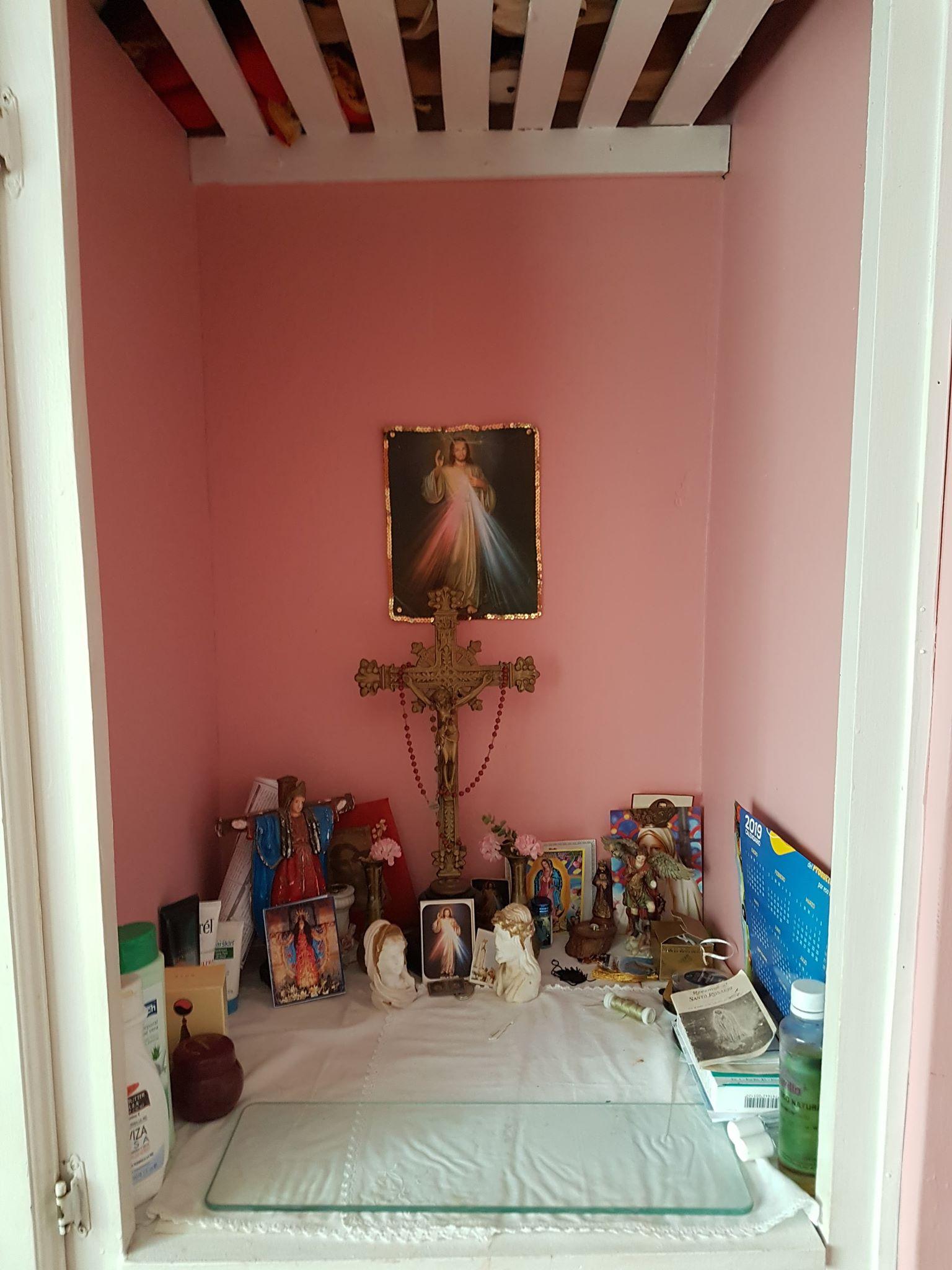 Ołtarzyk z Jezusem Miłosiernym w jednym z domów Fot. Maria Górczyńska