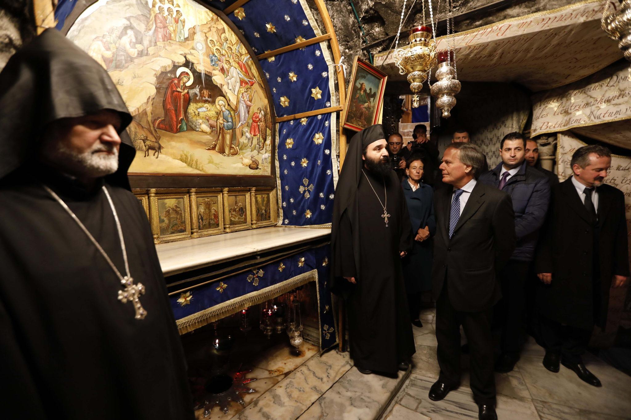 Minister spraw zagranicznych Włoch Enzo Moavero Milanesi odwiedził kościół Narodzenia Pańskiego w Betlejem. Szef włoskiego MSZ odwiedził Izrael i Palestynę, fot. ABED AL HASHLAMOUN, PAP/EPA.