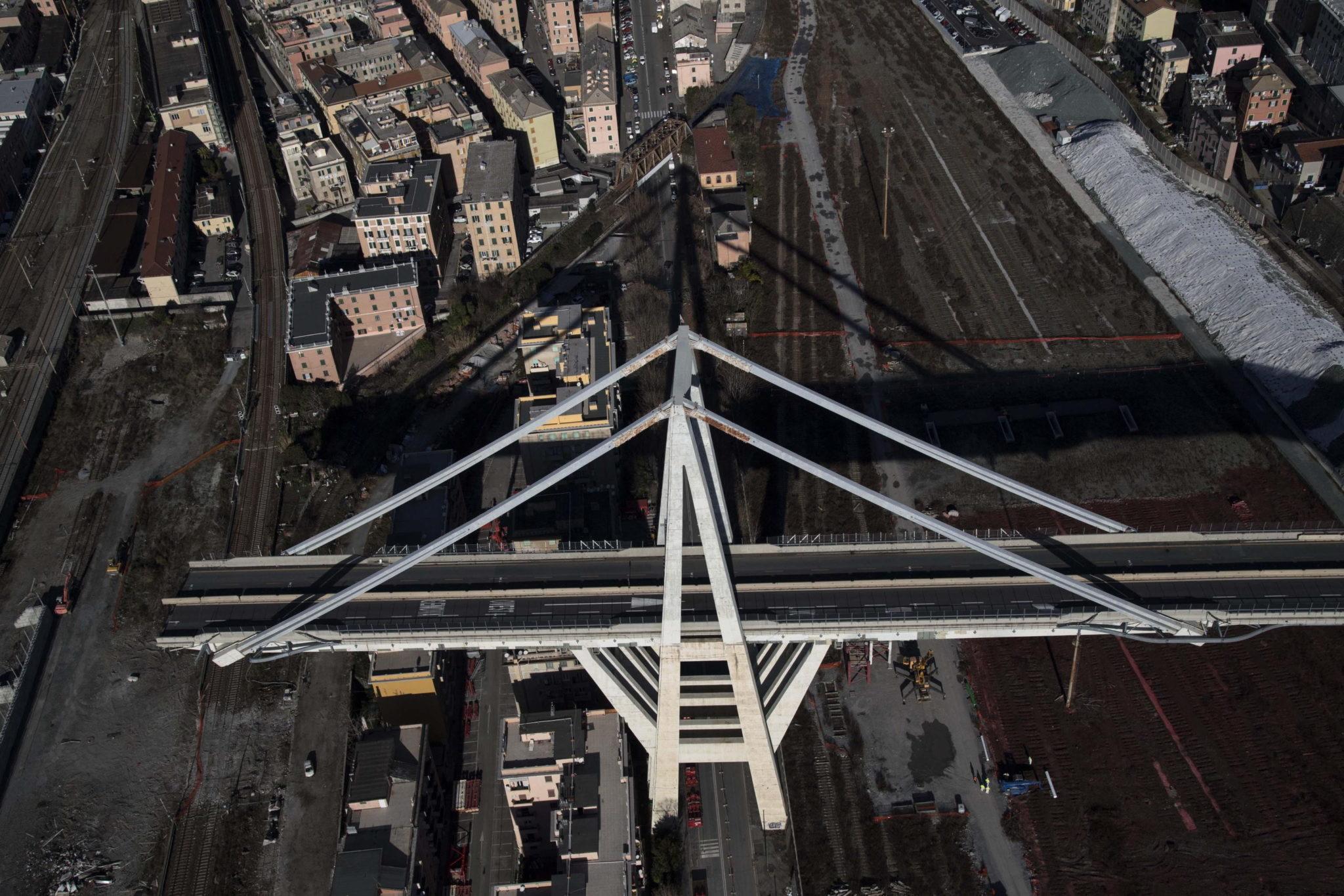 Włochy: widok z lotu ptaka na most Morandi w Genui. Most Morandi częściowo zawalił się 14 sierpnia, zabijając 43 osoby. Nowy most ma być gotowy w ciągu roku, fot. Luca Zennaro, PAP/EPA