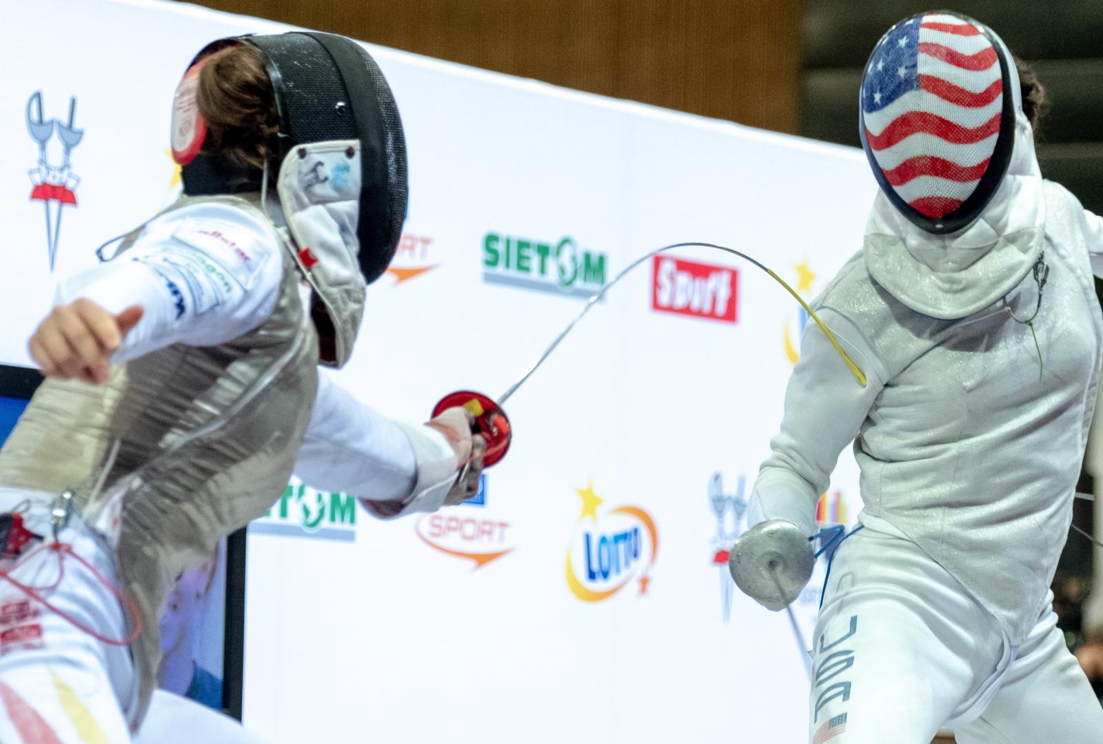 Amerykanka Lee Kiefer (P) i Niemka Leonie Ebert (L) podczas półfinałowego pojedynku zawodów Pucharu Świata florecistek w Katowicach. Fot. PAP/Andrzej Grygiel