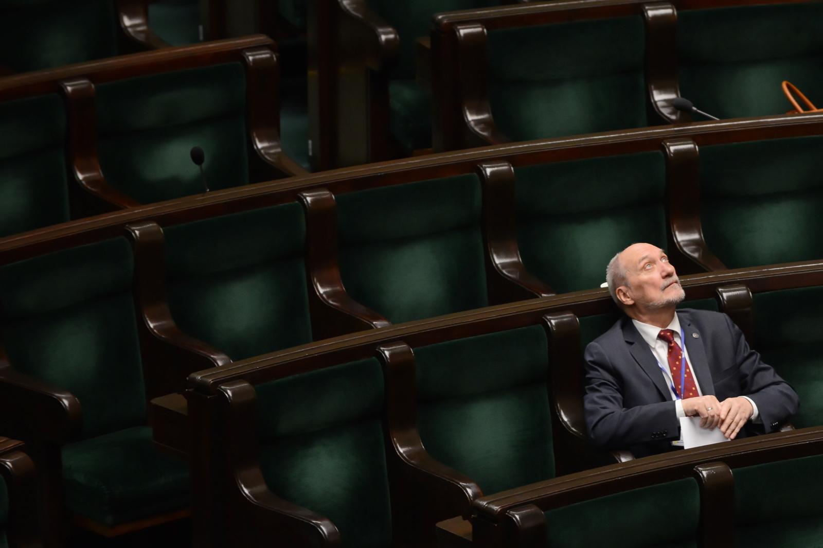 Poseł Prawa i Sprawiedliwości Antoni Macierewicz na sali obrad podczas posiedzenia. Fot. PAP/Jakub Kamiñski