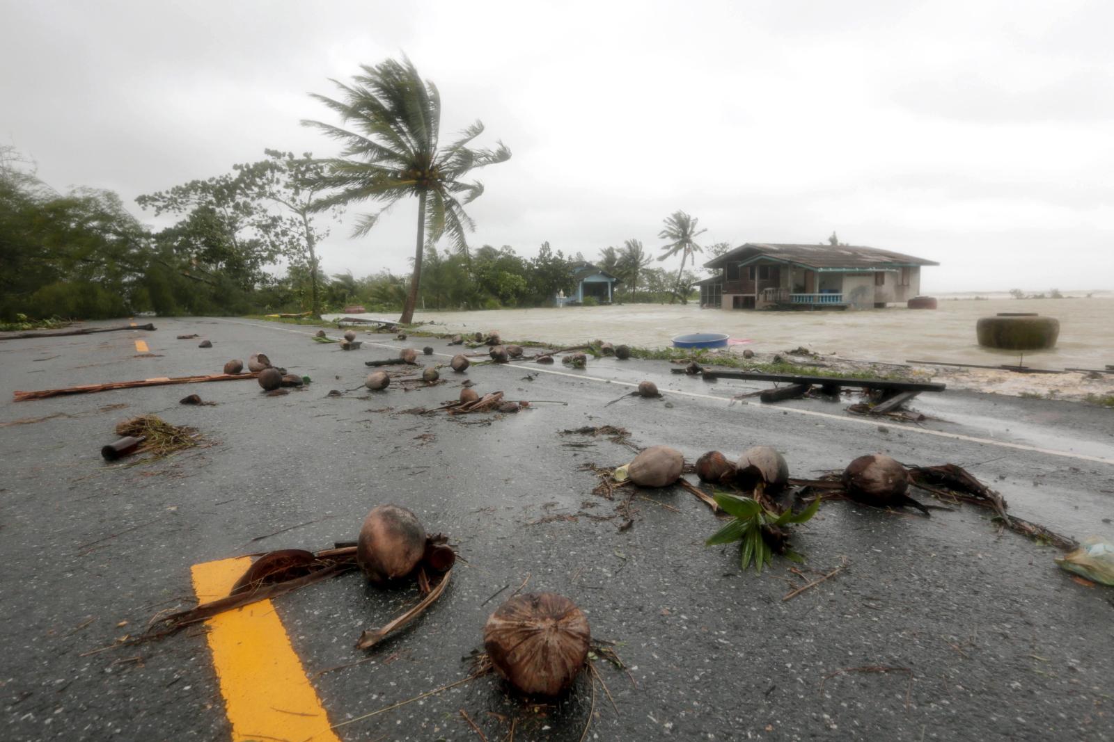 Tropikalna burza Pabuk nawiedziła wioskę w południowej Tajlandii. Fot. PAP/EPA/STRINGER