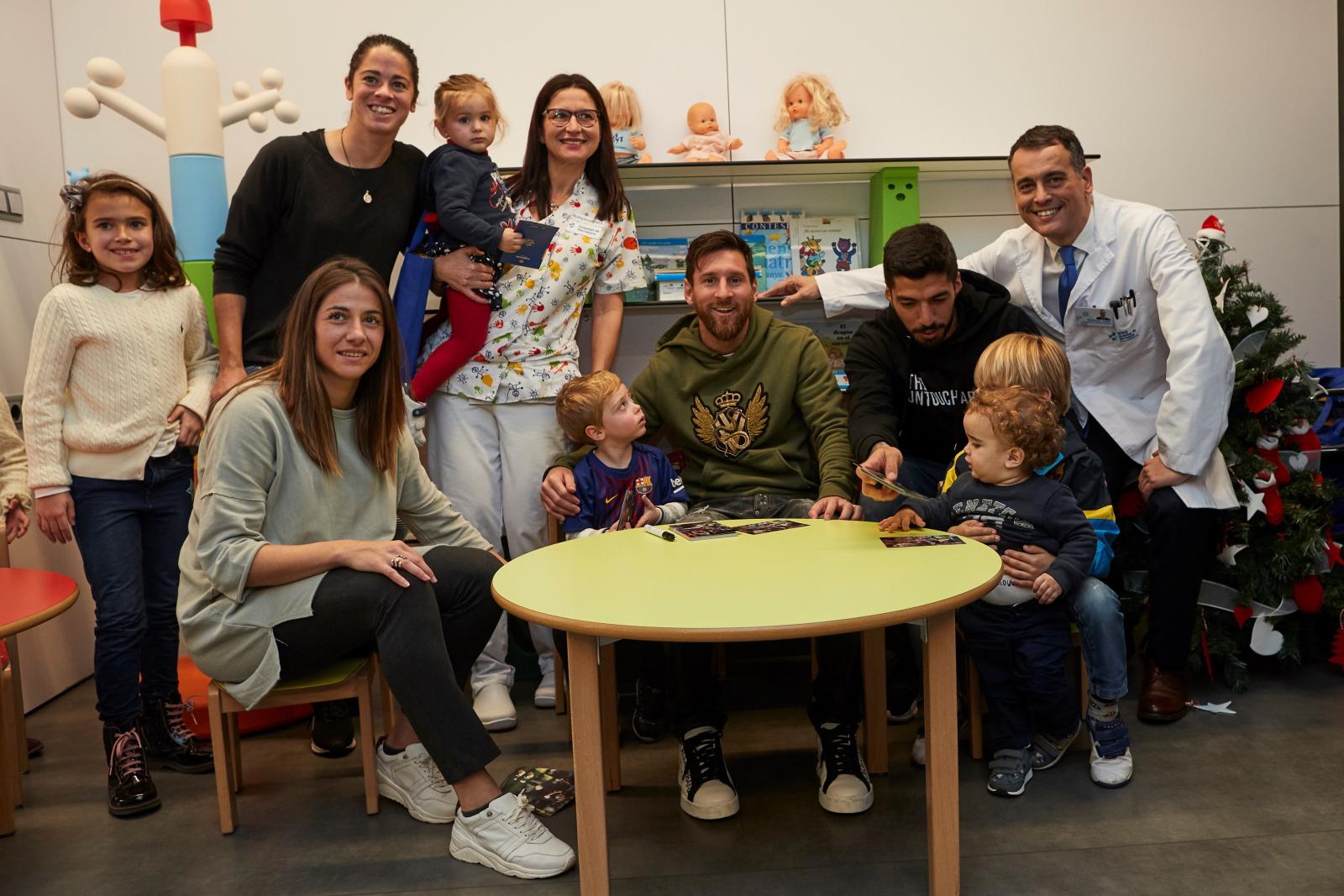 Zawodnicy FC Barcelona odwiedzili pacjentów szpitala w Barcelonie. Fot. PAP/EPA/Alejandro Garcia
