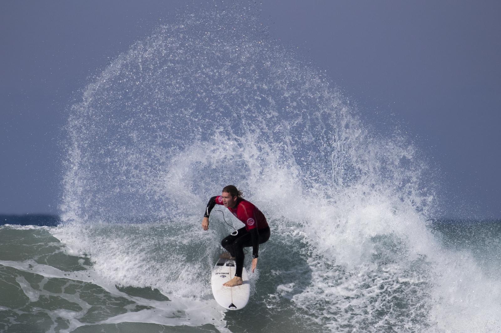 Surfing w Izraelu fot. EPA/JIM HOLLANDER