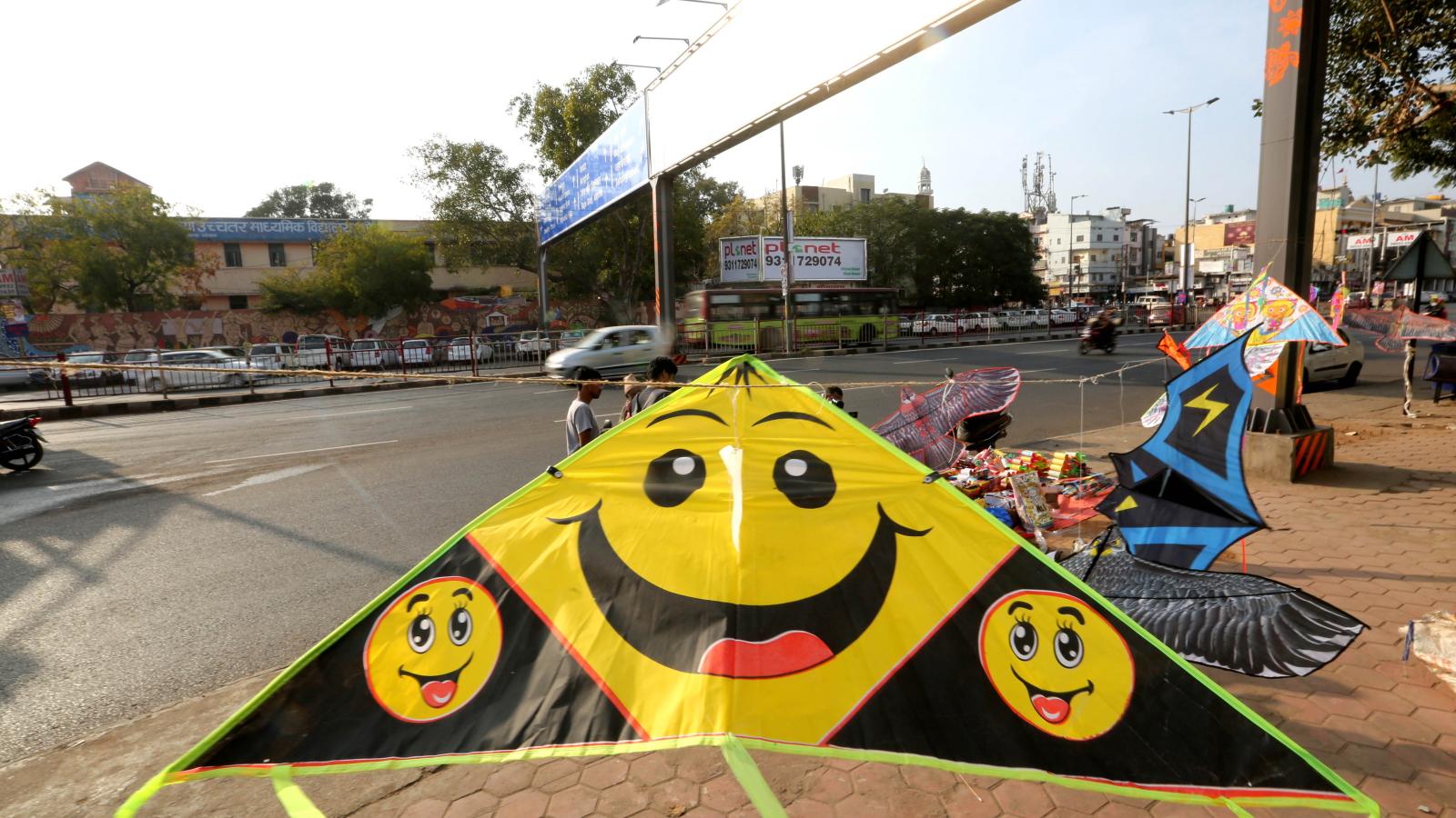Latawce wystawione na sprzedaż przed festiwalem Makar Sankranti, Indie. Fot. PAP/EPA/SANJEEV GUPTA