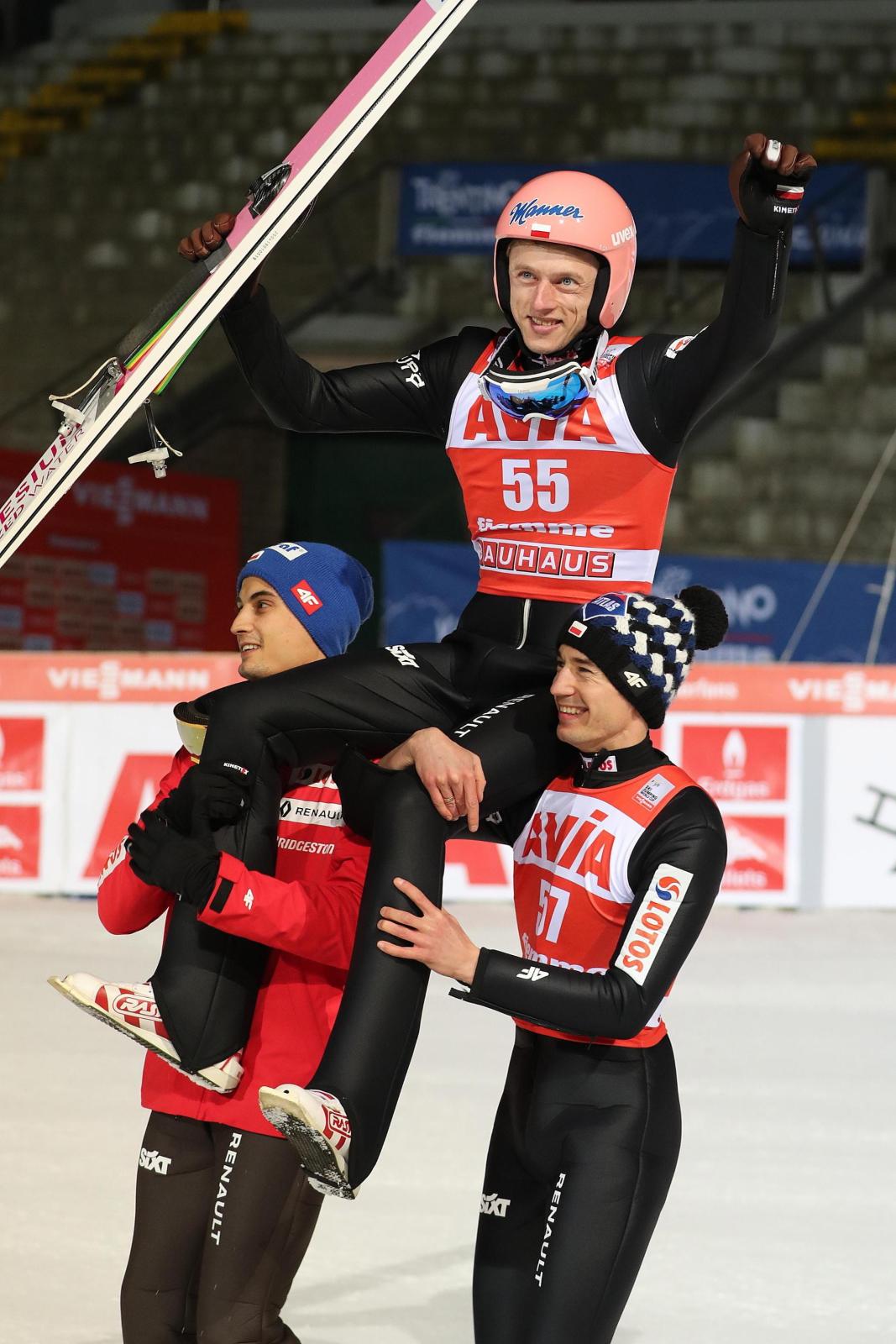 Dawid Kubacki, Kamil Stoch i Stefan Kraft fot. EPA/ANDREA SOLERO