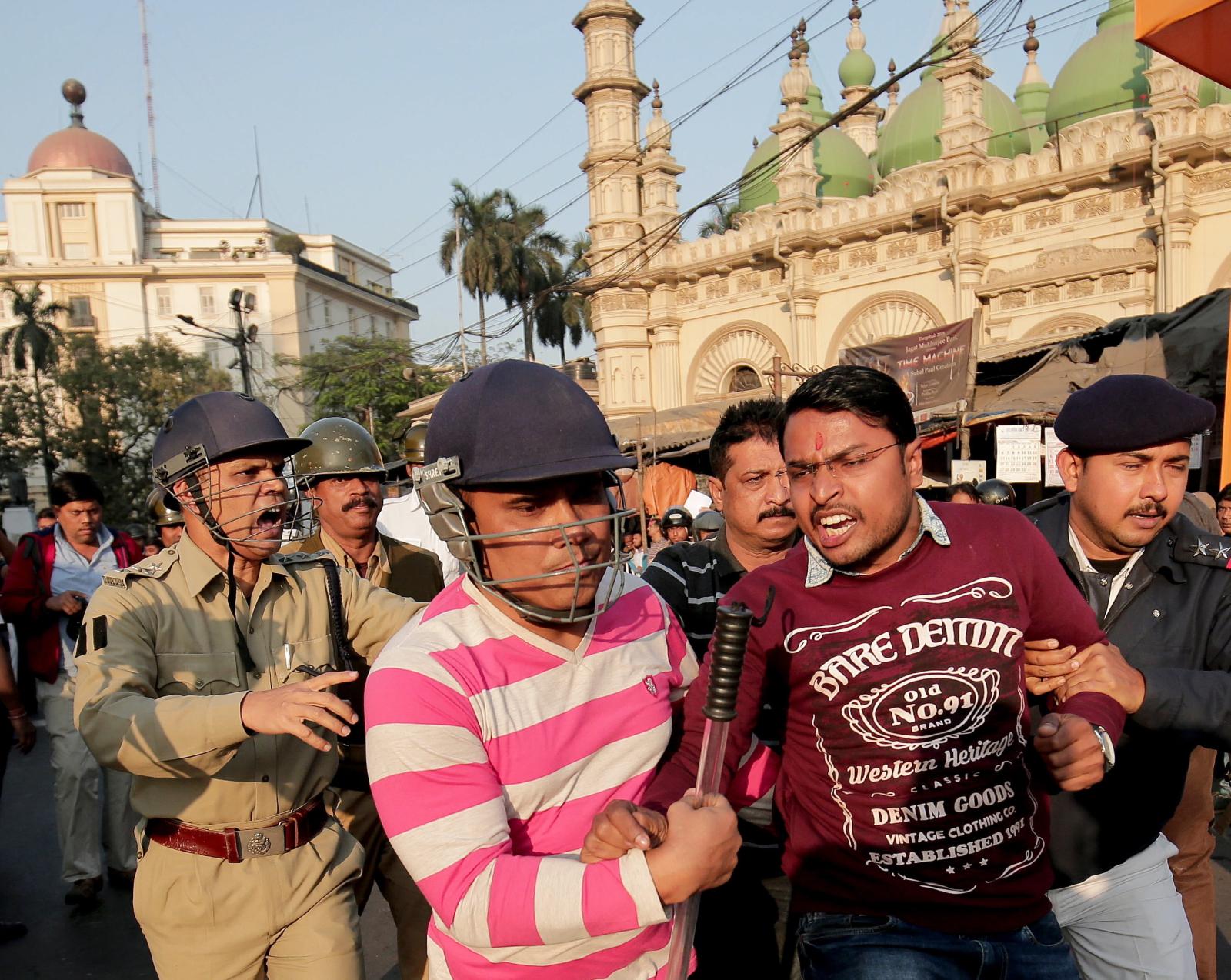 Protest przeciwko rządowi Bengalskiemu w Kalkucie, w Indiach. Fot. EPA/PIYAL ADHIKARY