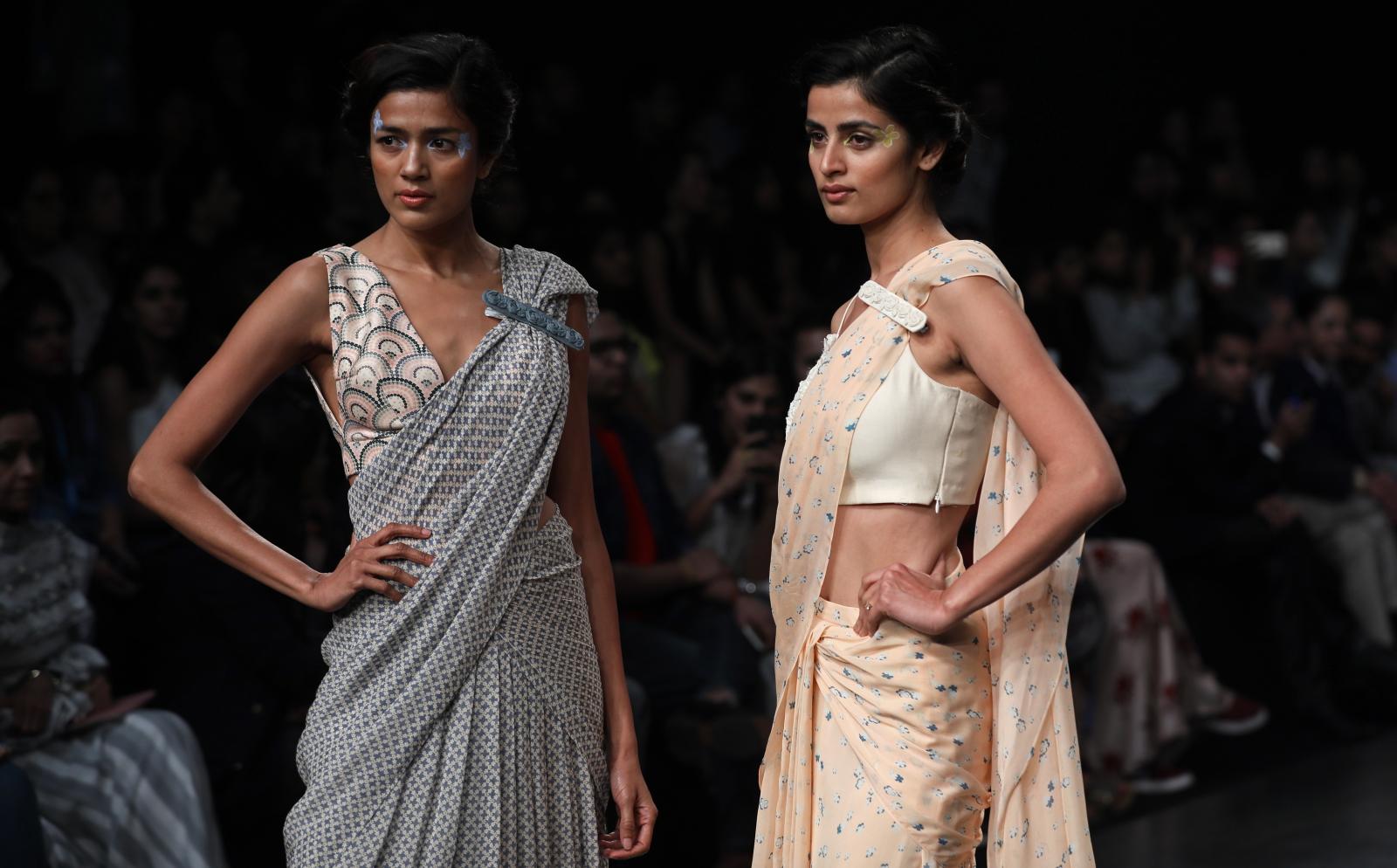 Modelki przedstawiające dzieło indyjskich projektantów Varun Bahl podczas Tygodnia mody Lakme. Fot. EPA/DIVYAKANT SOLANKI