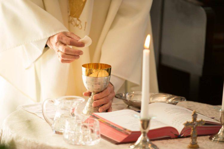 ksiądz priest Eucharystia