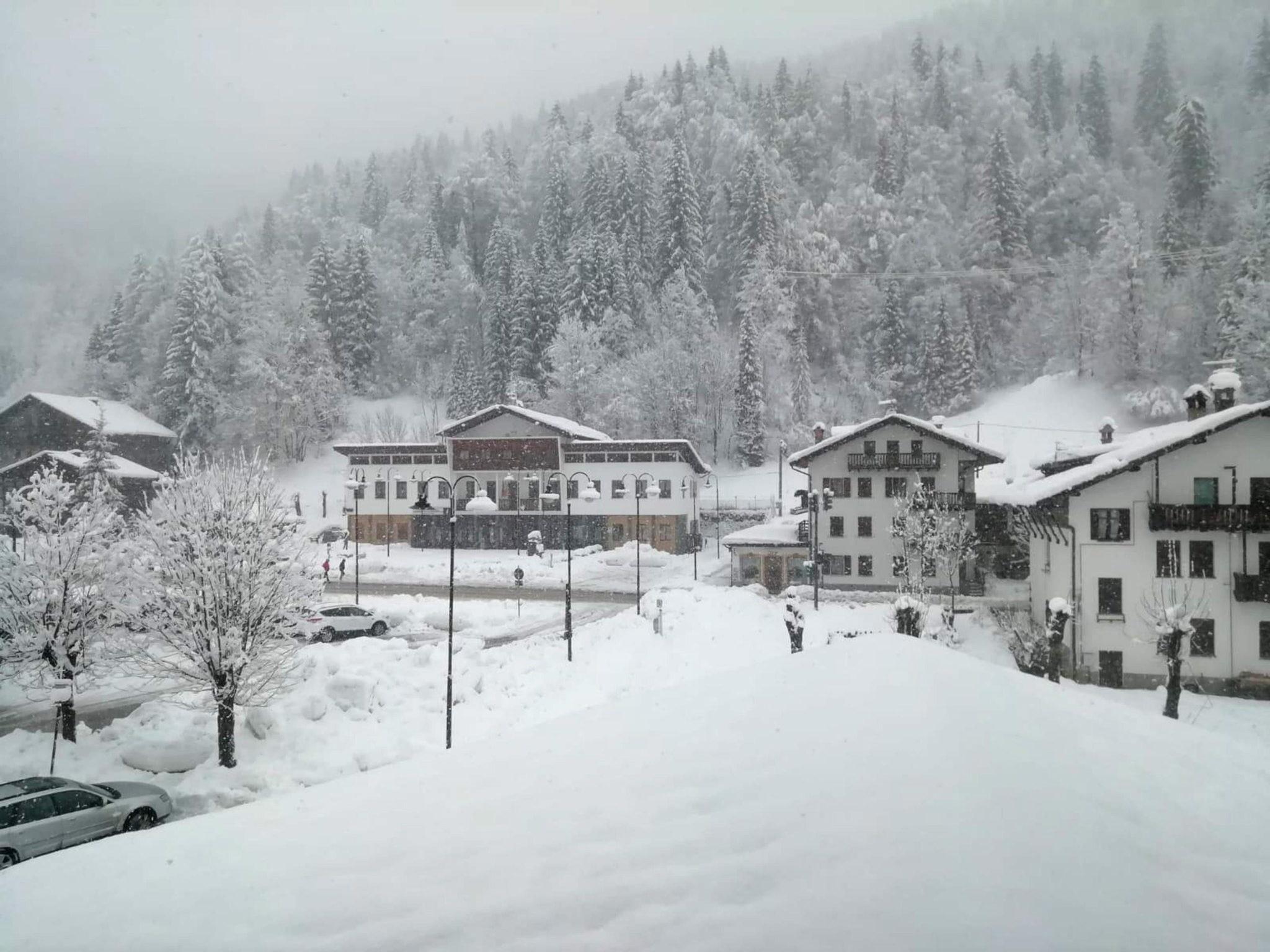 Włochy i duże opady śniegu, niektóre drogi są nieprzejezdne, fot. ANTONELLA SCHENA, fot PAP/EPA.
