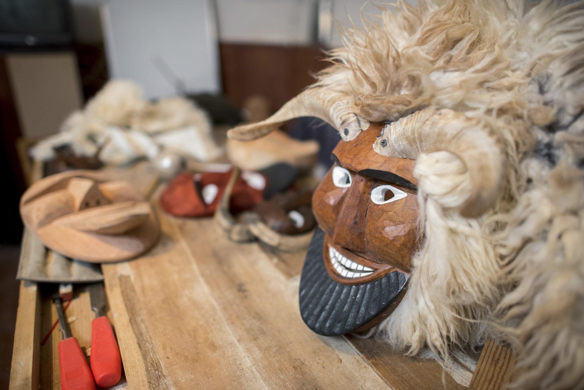 Węgry: maseczka busho, przygotowania do karnawału w Mohaczu – węgierskim miasteczku nad Dunajem. Tradycyjny karnawał Busho wyznacza koniec zimy. Zapoczątkowali go członkowie etnicznej chorwackiej grupy Shokatz, przerażające drewniane maski miały wówczas odstraszyć tureckich najeźdźców, fot. Tamas Soki, PAP/EPA.
