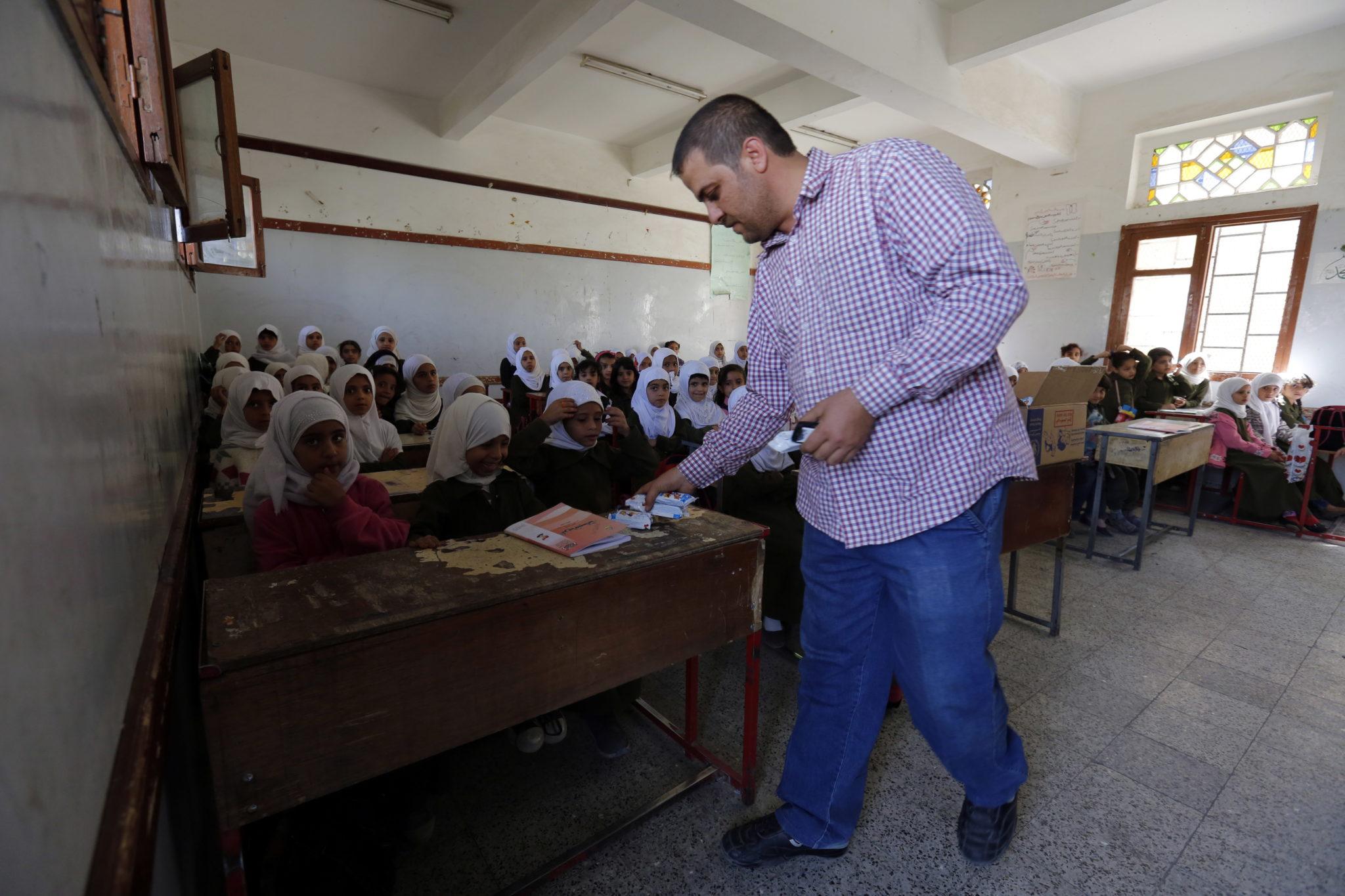 Program żywnościowy został skierowany do 600 tysięcy jemeńskich dzieci w wieku szkolnym. Program ma je zachęcić do uczęszczania an lekcje, fot. YAHYA ARHAB, PAP/EPA.