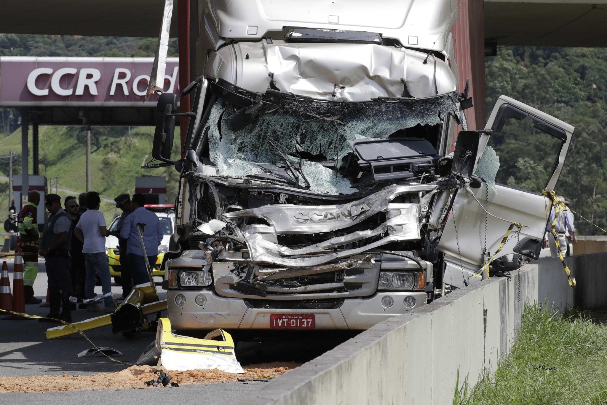Sao Paulo, Brazylia: ciężarówka po tym, jak w autostradę uderzył helikopter. Nie żyją co najmniej 2 osoby, fot. Sebastiao Moreira, PAP/EPA.