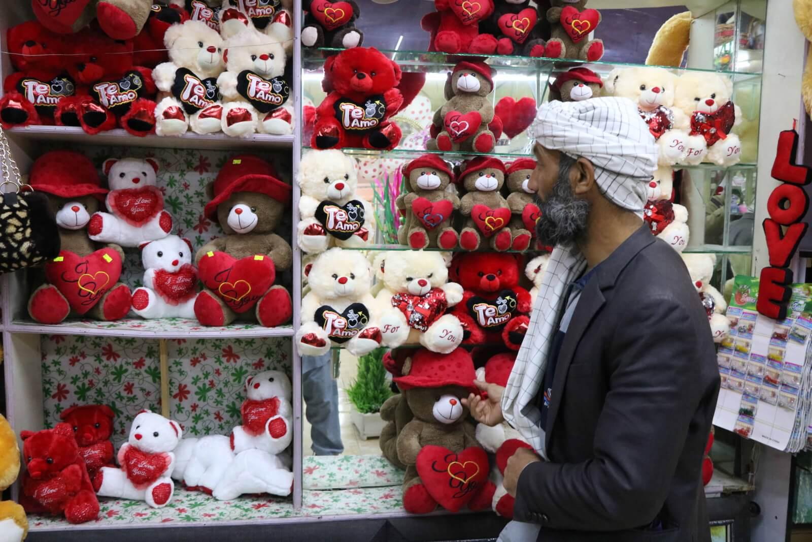 Walentynki w Afganistanie fot. EPA/JALIL REZAYEE