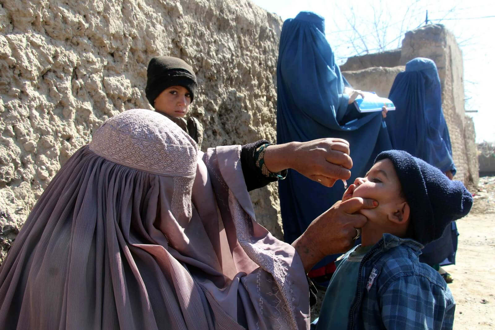 Szczepienia przeciwko polio w Afganistanie fot. EPA/MUHAMMAD SADIQ