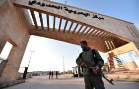 Przejście Ya'arubiya jest jedynym z trzech przejść w Iraku, znane również jako Rabia'a po stronie irackiej. W 2014 r. Grupa Islamskiego Państwa (IS) przejęła kontrolę nad przeprawą, gdy przetoczyła się duża część Syrii i Iraku, i ogłosiła tzw. Kalifat na obszarach, które kontrolował, zanim wspierane przez USA siły irackie wyparły je z zachodu Iraku w 2016 r. i pokonali ich w całym Iraku pod koniec 2017 r.