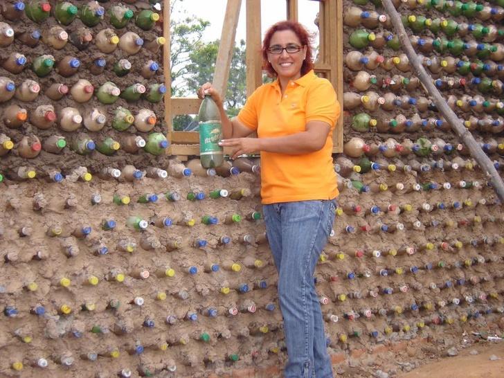 Boliwia: buduje domy z butelek