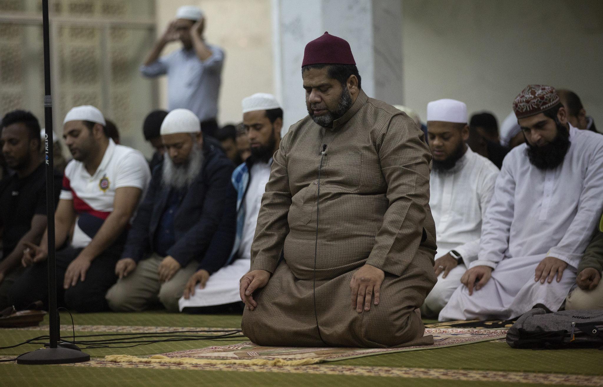 Chiny: muzułmanie w Hongkongu modlą się w meczecie Kowloon Tsim Sha Tsui, fot. ALEX HOFFORD, PAP/EPA