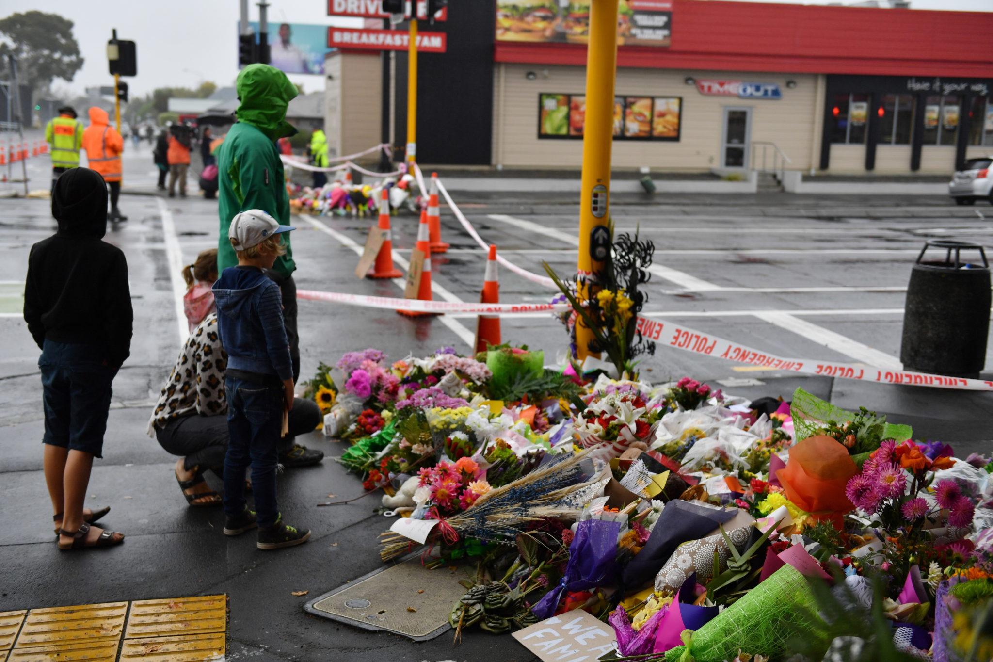 Mieszkańcy Christchurch składają kwiaty, fot. MICK TSIKAS, PAP/EPA.
