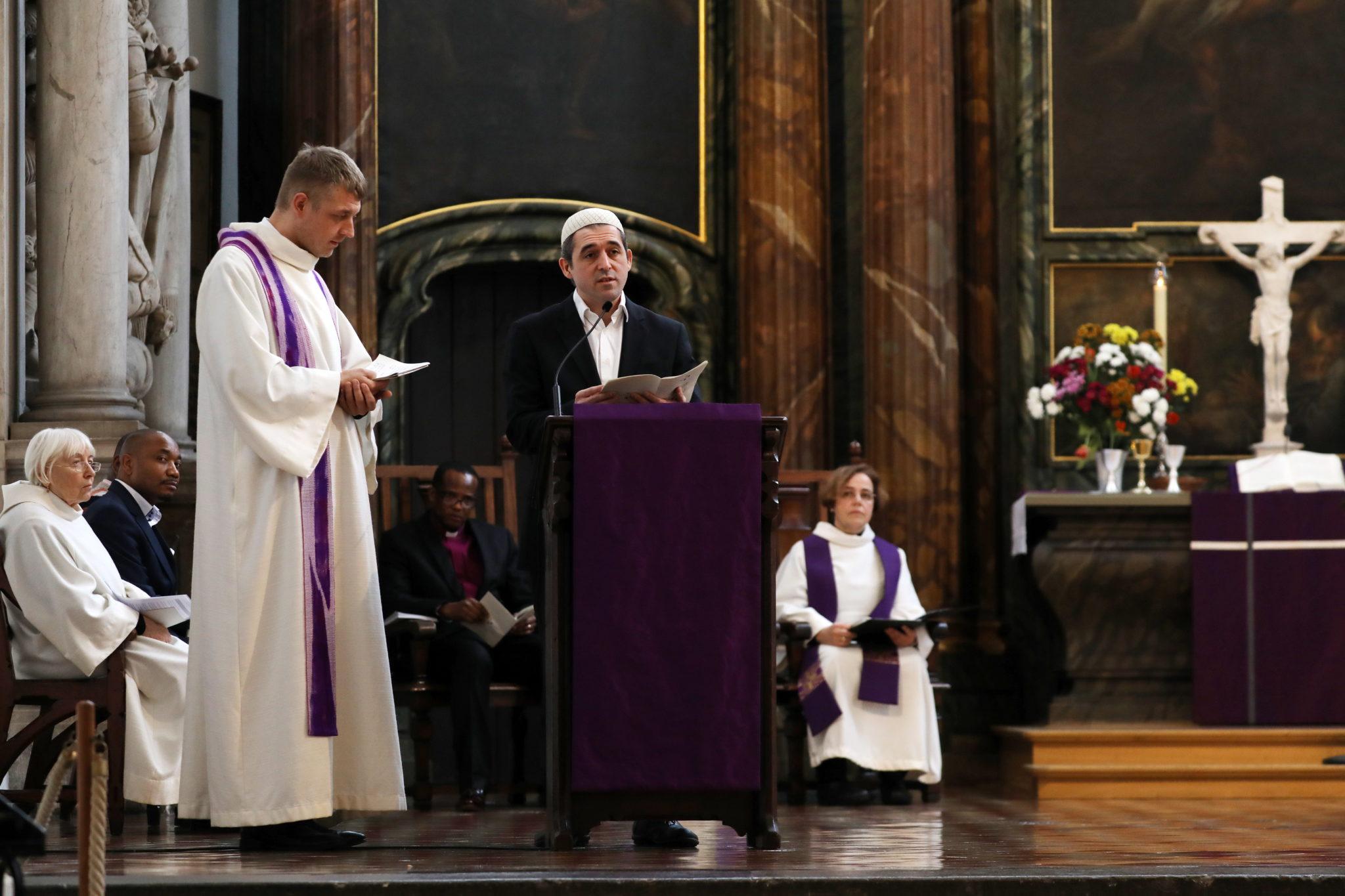 Imam Osman Oers podczas nabożeństwa za wstawiennictwem prześladowanych wyznawców wiary, kościół mariacki w Berlinie, fot. FELIPE TRUEBA, PAP/EPA.