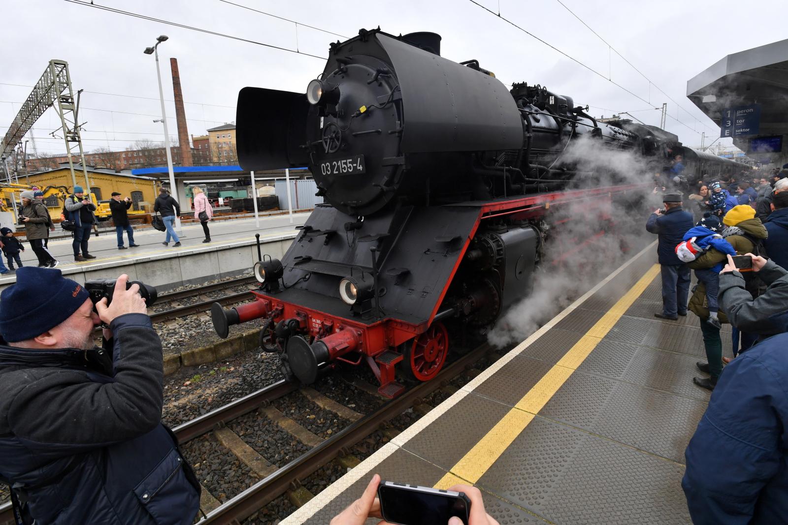 Zabytkowy pociąg na Dworcu Głównym w Szczecinie. PAP/Marcin Bielecki