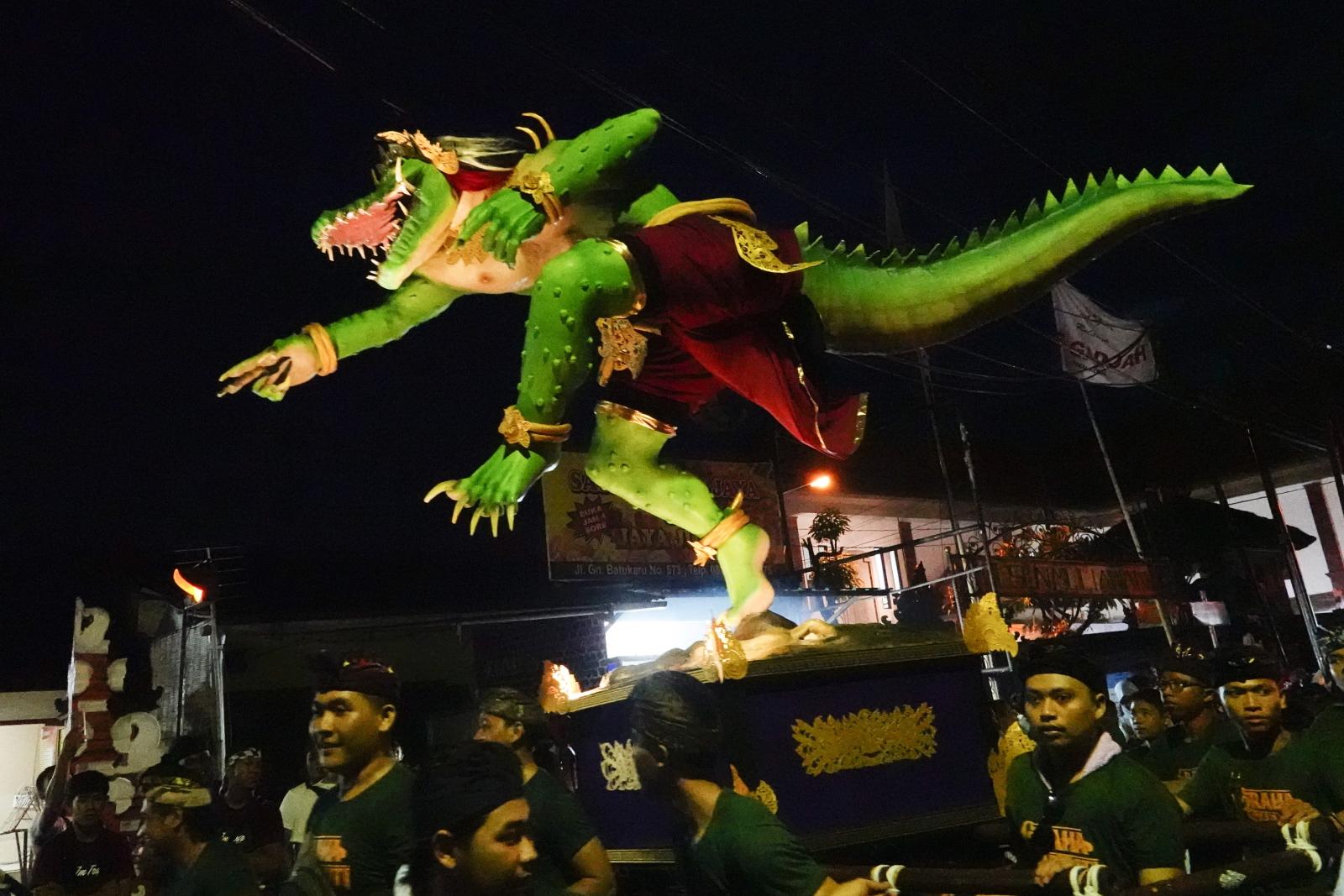 Obchody hinduskiego nowego roku na indonezyjskiej wyspie Bali. Fot. PAP/EPA/MADE NAGI