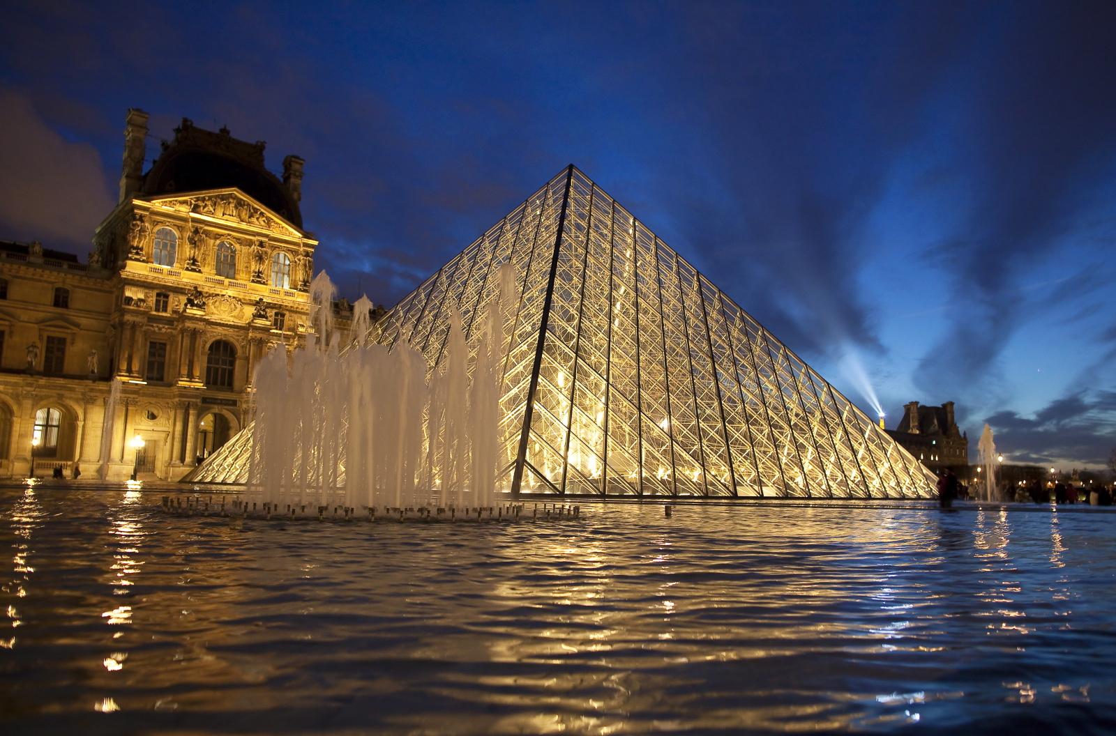 30 rocznica pojawienia się piramidy przed Luwrem. Fot. PAP/EPA/IAN LANGSDON
