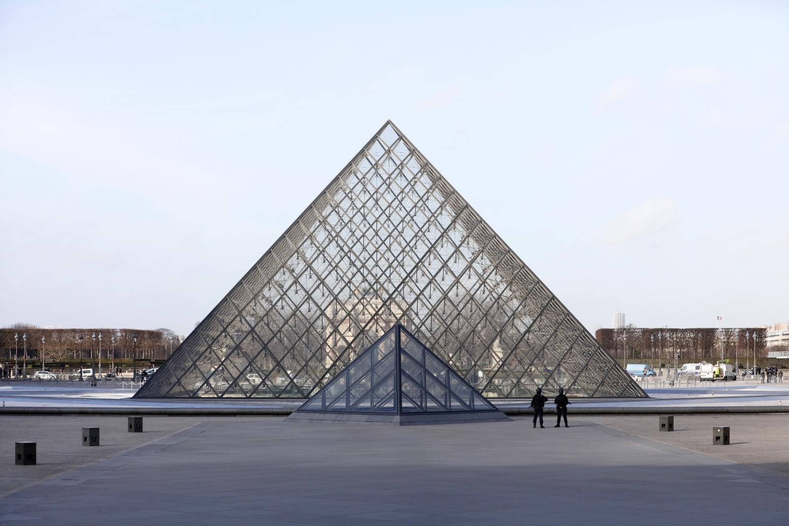 Piramida przed Luwrem. Fot. PAP/EPA/IAN LANGSDON