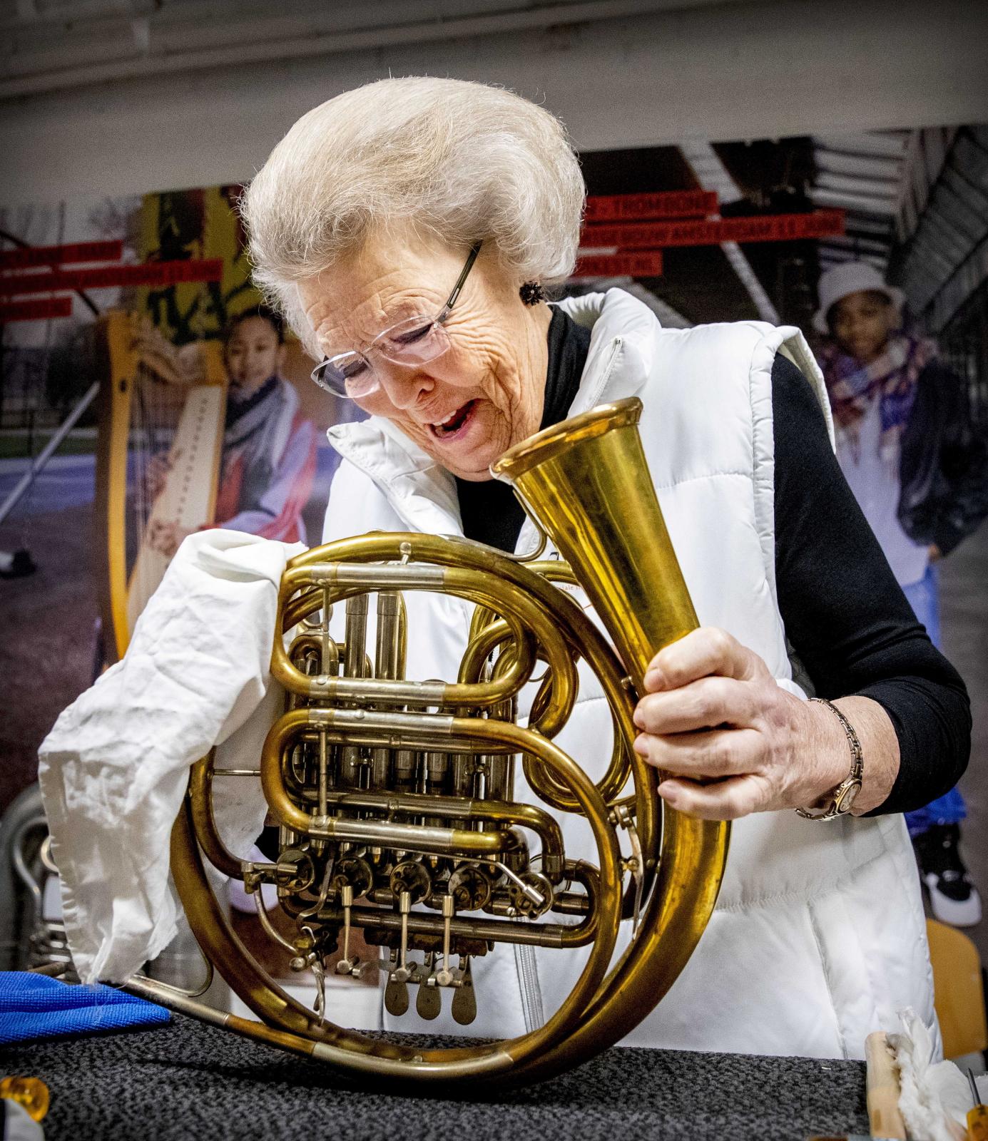 Holenderska Księżniczka Beatrix pomaga czyścić instrumenty muzyczne  EPA/PATRICK VAN KATWIJK