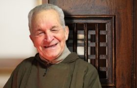 """Spowiednik papieża: """"Miłosierdzie trzeba rozdawać pełnymi kubłami"""" Nie lękajcie się przebaczać o. Luis Dri"""