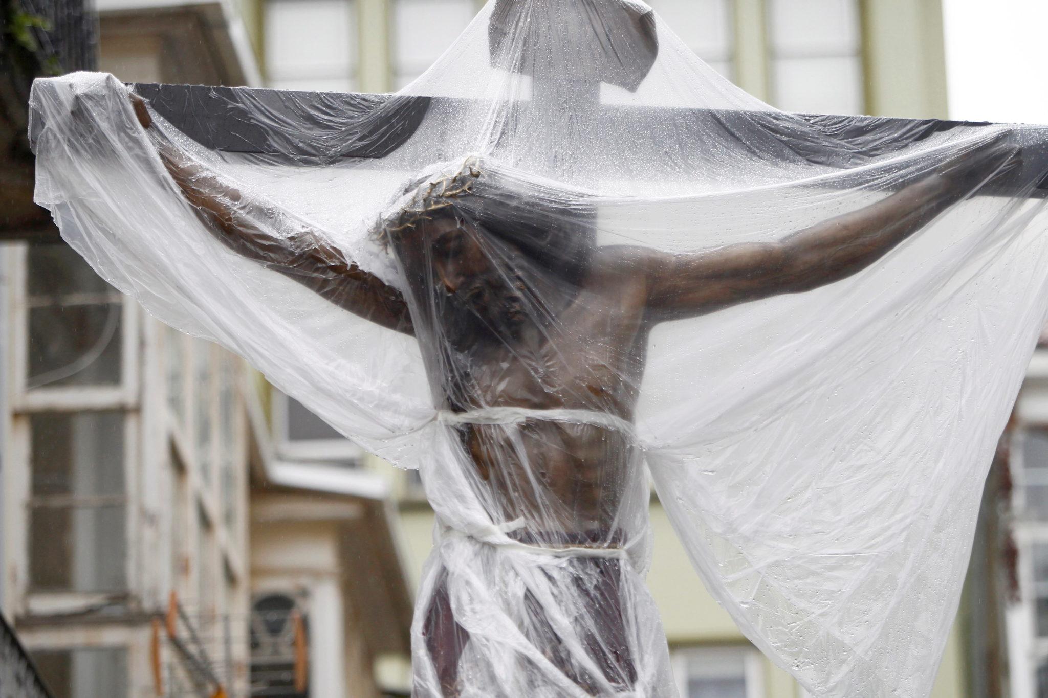 Procesja w południowej Hiszpanii, nabożeństwo zostało zawieszone z powodu obfitego deszczu, fot. Kiko Delgado, PAP/EPA