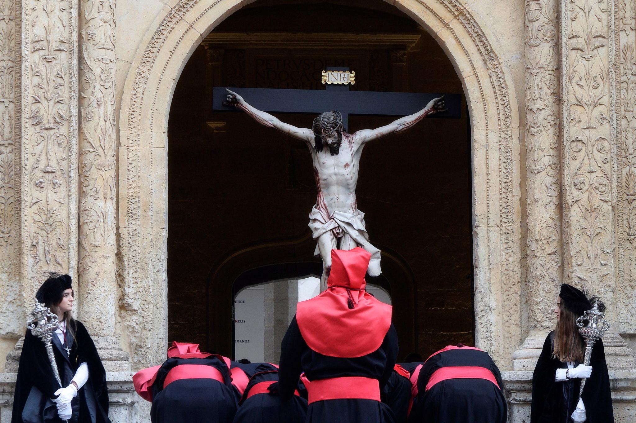 Obraz Chrystusa Światła, autorstwa artysty Gregorio Fernandeza, opuszcza Pałac Santa Cruz w Valladolid, fot. PAP/EPA