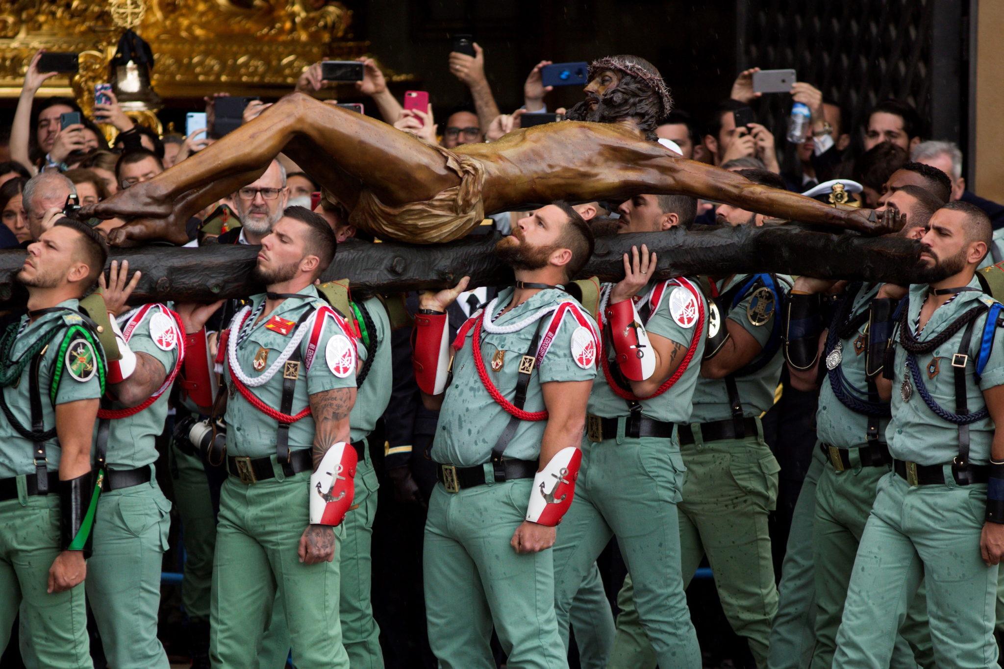 Malaga: legioniści niosą Chrystusa Dobrej Śmierci, fot. Carlos Diaz: PAP/EPA