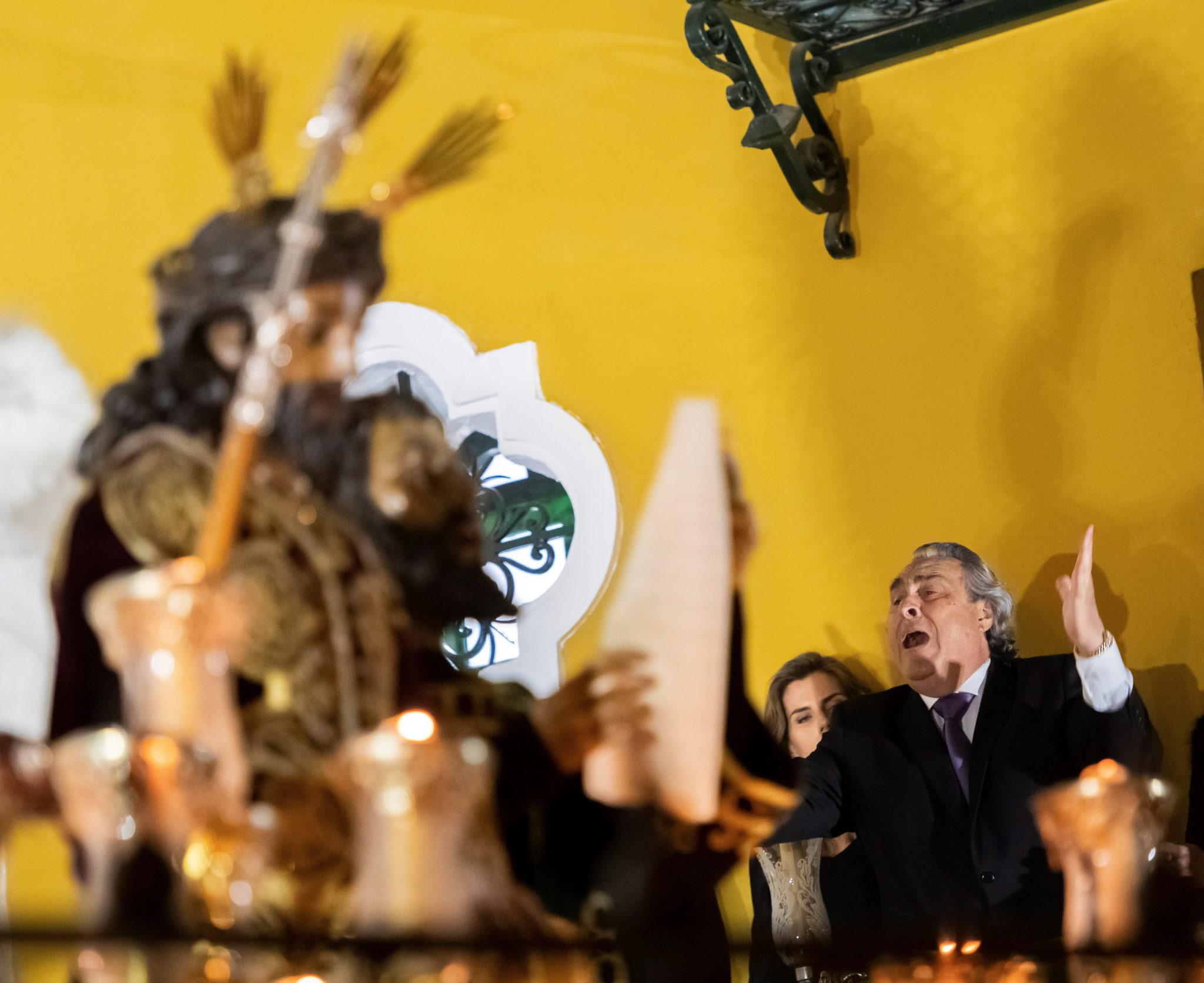 Mężczyzna śpiewa pieśń pasyjną w stylu flamenco, Sewilla, fot. RAUL CARO, PAP / EPA.