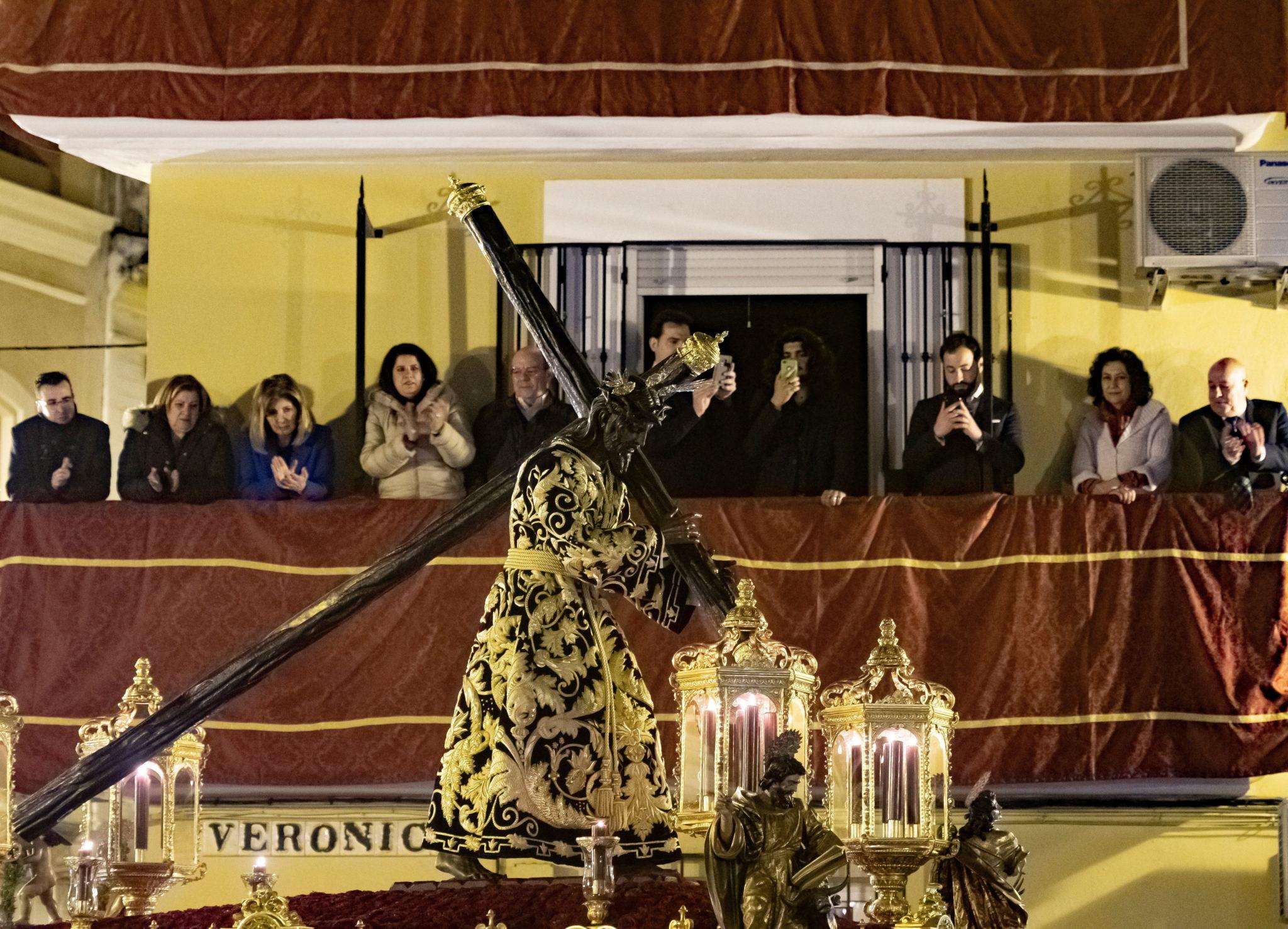 """Sewilla co roku obchodzi swoje tradycyjne """"Madruga"""", odbywa się we wczesnych godzinach Wielkiego Piątku, fot. Raul Caro, PAP/EPA"""