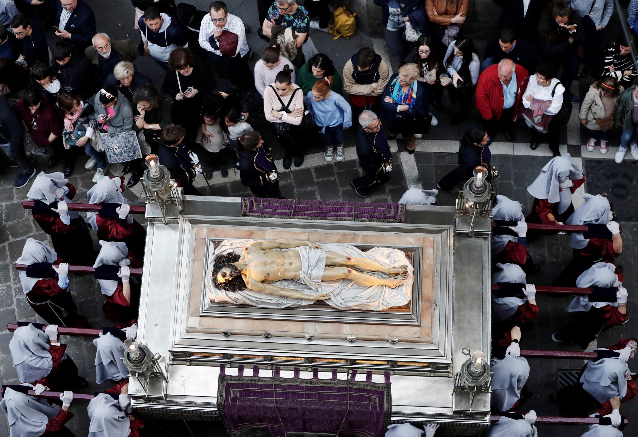 """Procesja """"Świętego pogrzebu"""" w Pampelunie w północnej Hiszpanii, fot. JESUS DIGES, PAP/EPA"""
