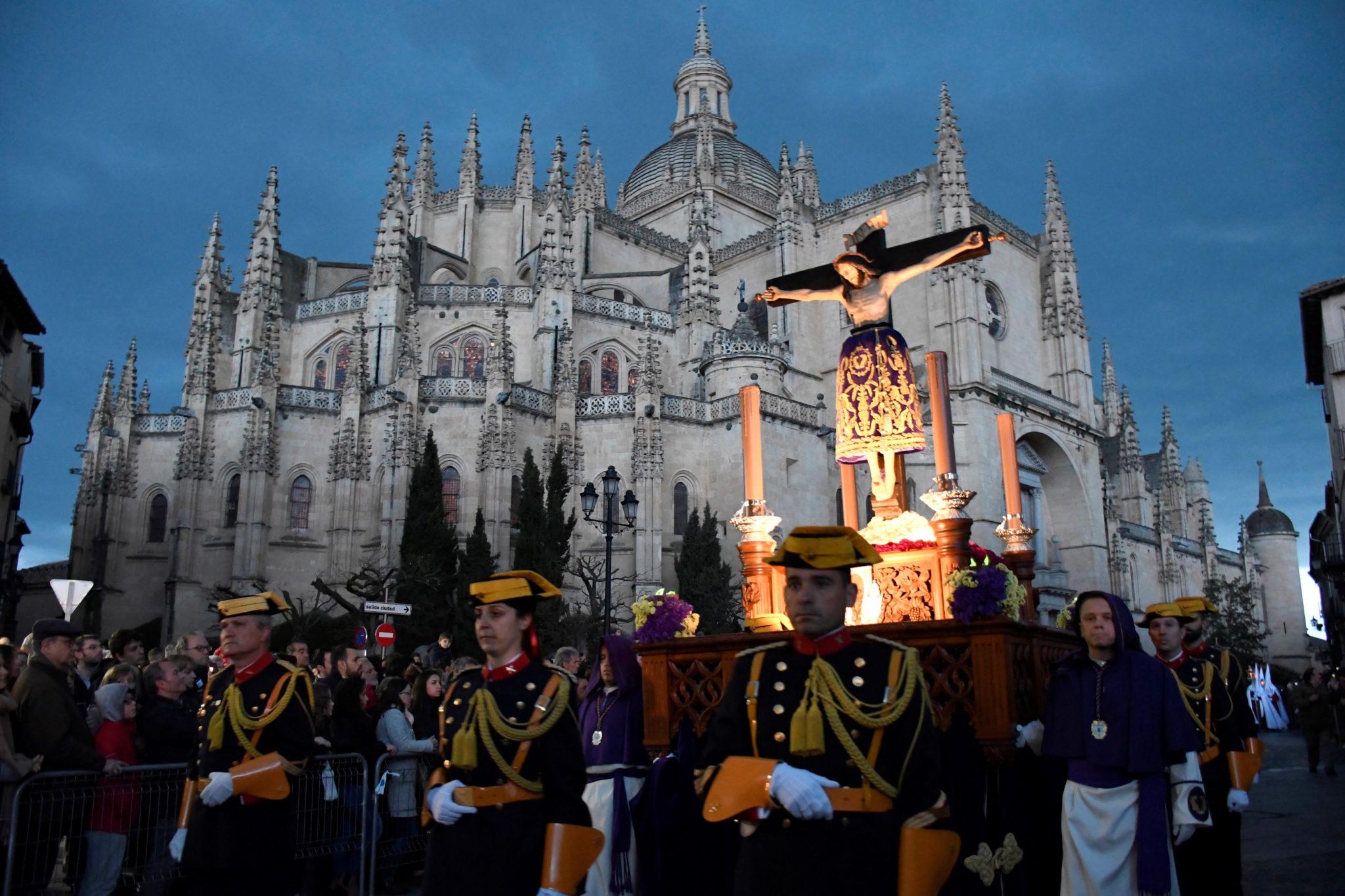 Wizerunek Świętego Chrystusa Krzyża strzeżony przez członków Straży Obywatelskiej podczas procesji w Segowii w środkowej Hiszpanii, fot. Pablo Martin, PAP/EPA