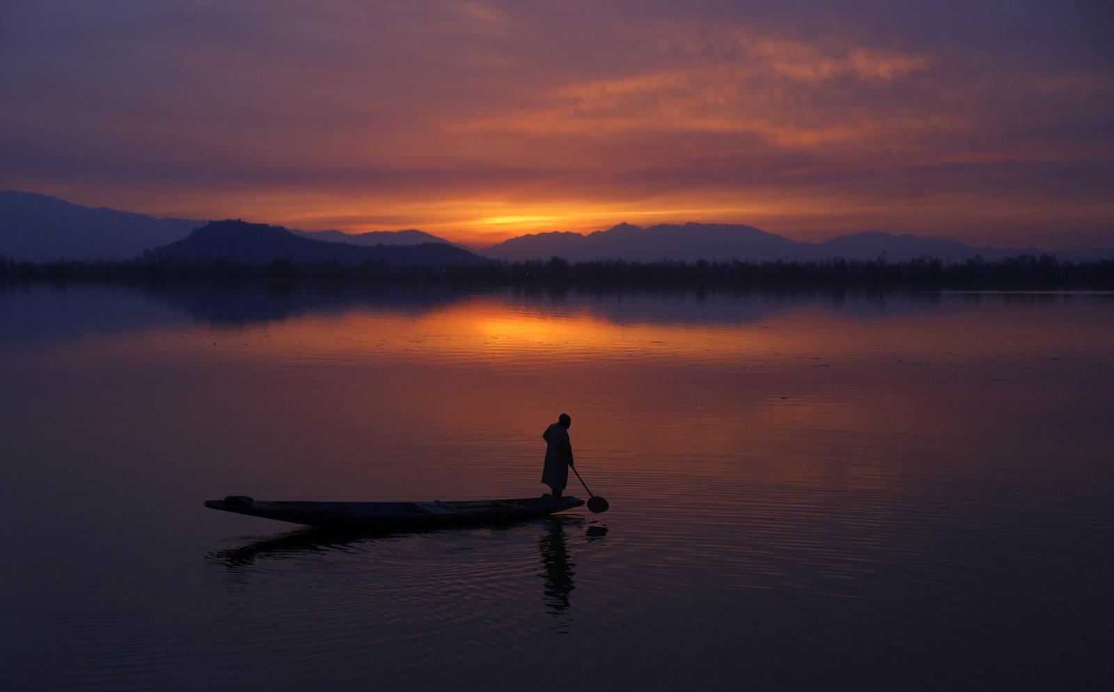 Indyjski Kaszmir. Fot. PAP/EPA/FAROOQ KHAN
