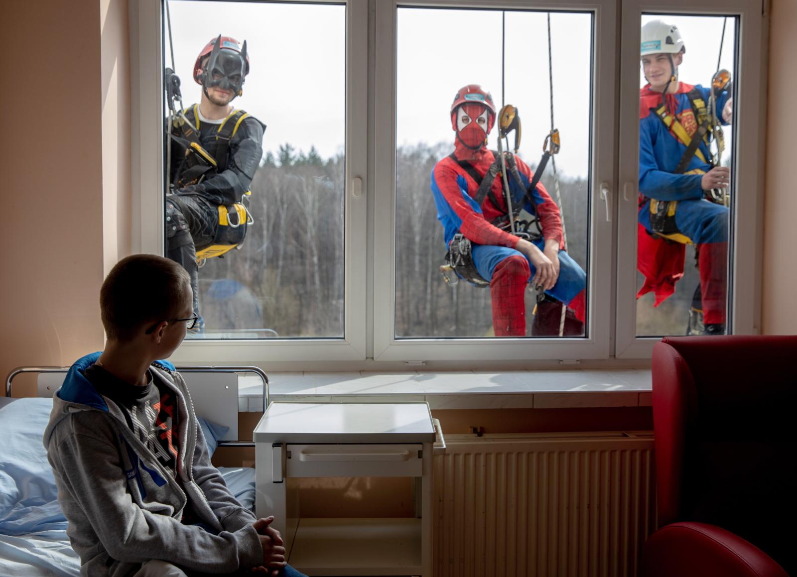 Centrum Zdrowia Dziecka w Katowicach i wizyta superbohaterów. Fot. PAP/EPA/ANDRZEJ GRYGIEL