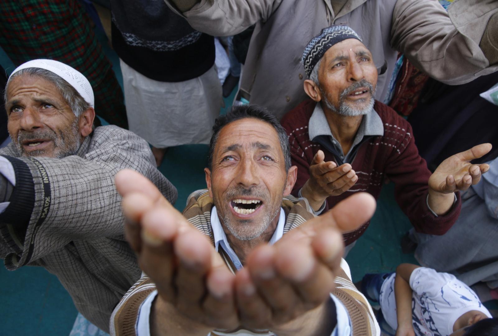Muzułmanie modlą się z okazji święta Mehraj-u-Alam. fot. EPA/FAROOQ KHAN