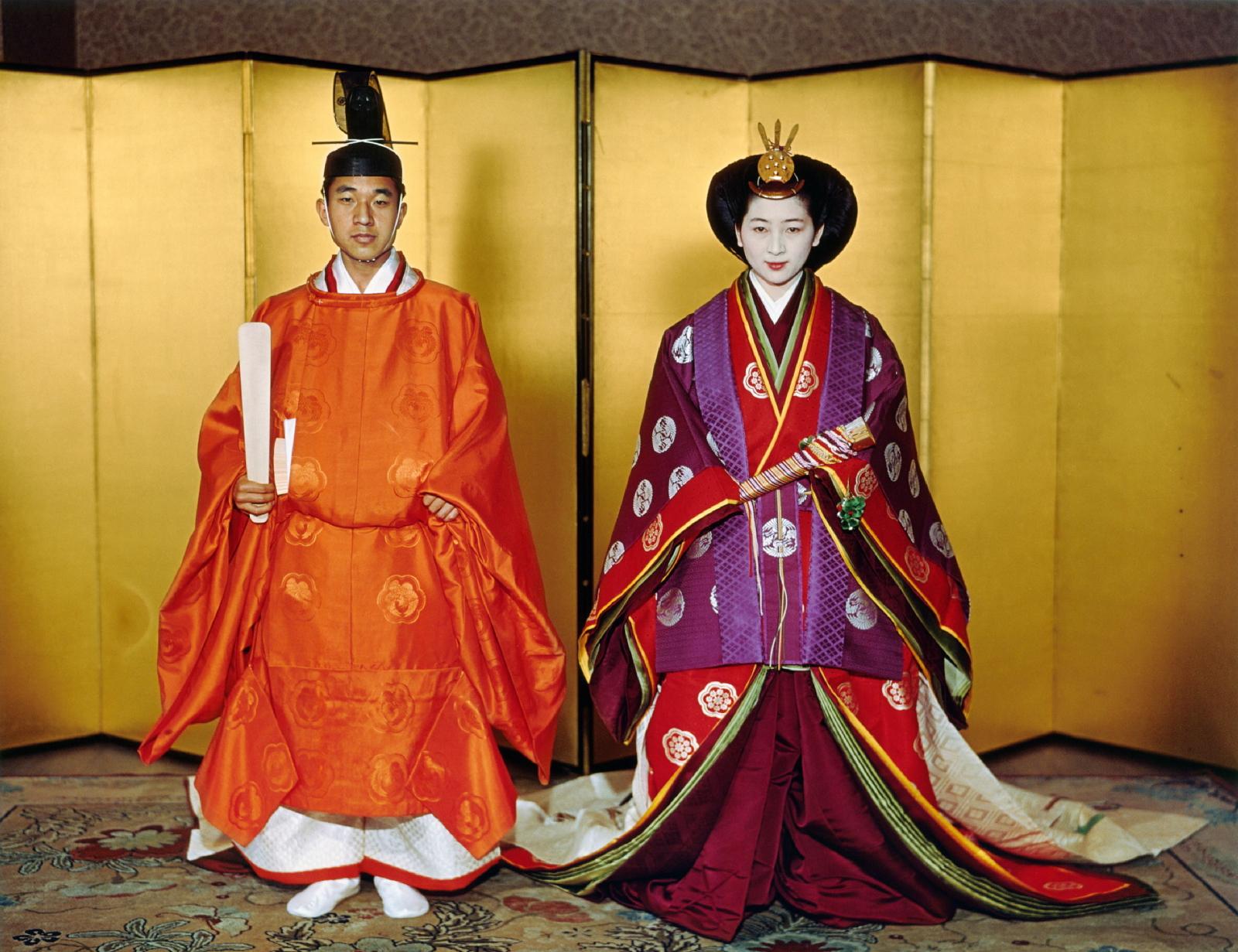 Ślubne zdjęcie cesarza Japonii Akihito wykonane 10 kwietnia 1959 roku. Cesarz Akihito abdykuje 30 kwietnia br. Fot. PAP/EPA/IMPERIAL HOUSEHOLD AGENCY