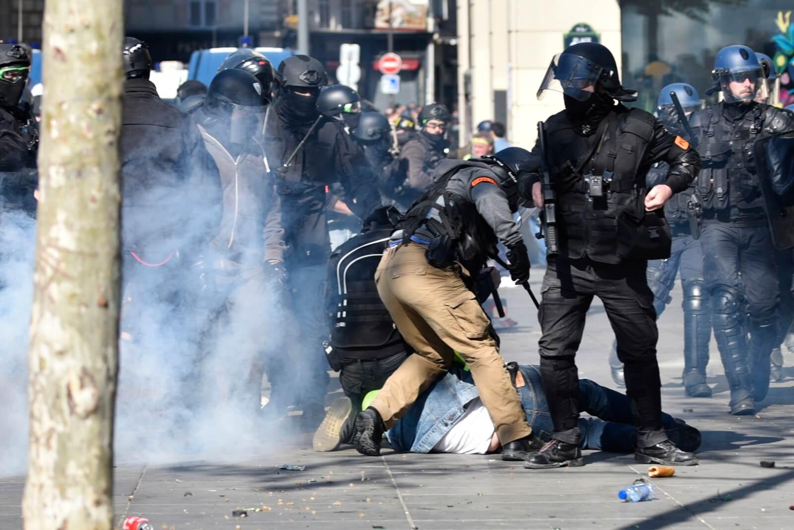 """Protest """"żółtych kamizelek"""" trwa fot. EPA/JULIEN DE ROSA"""