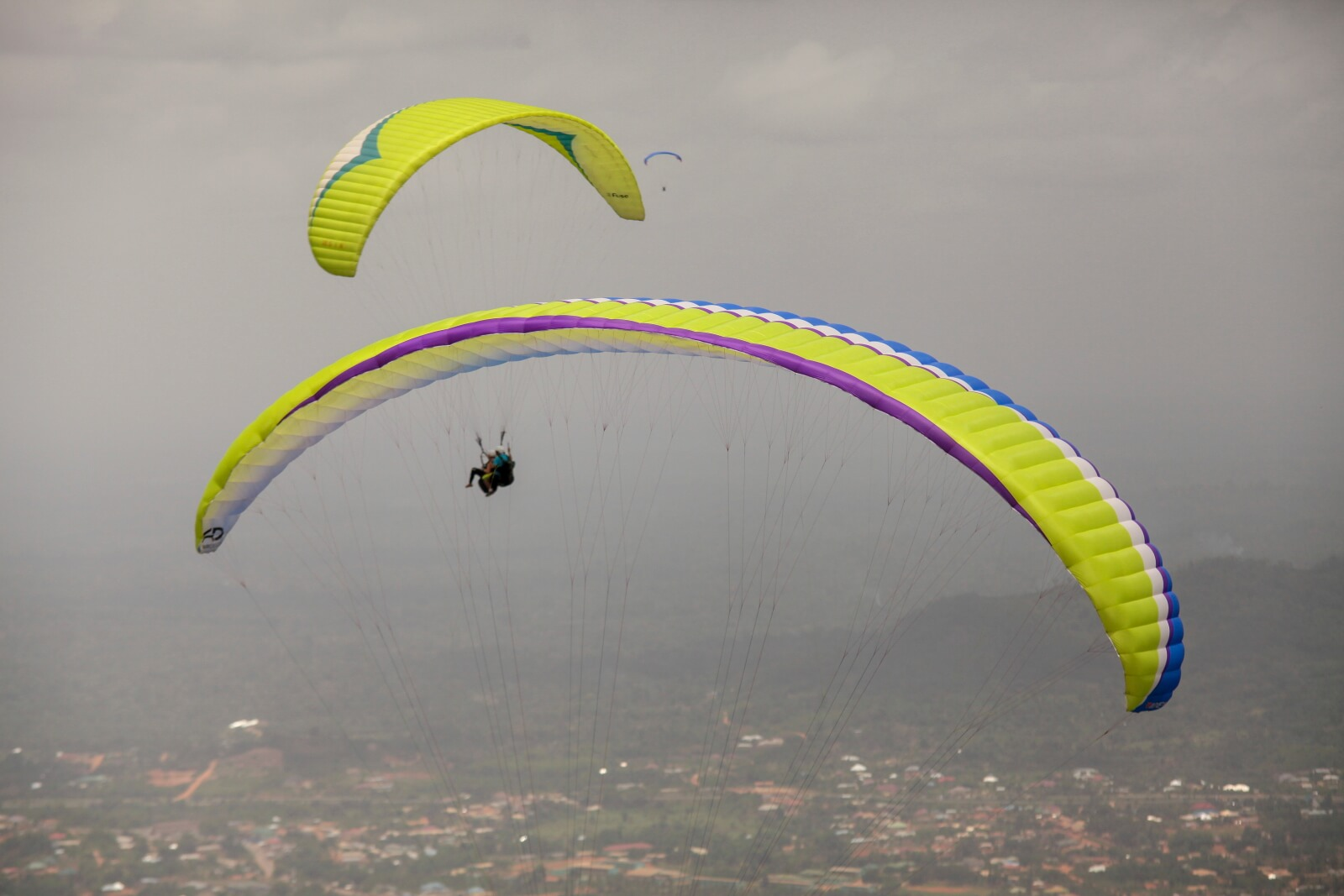 Paralotnictwo w Ghanie fot. EPA/CHRISTIAN THOMPSON