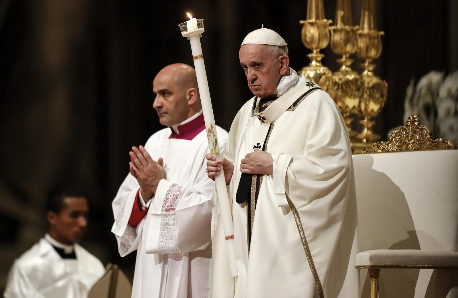 Papież Franciszek podczas wielkosobotniej liturgii fot. EPA/RICCARDO ANTIMIANI