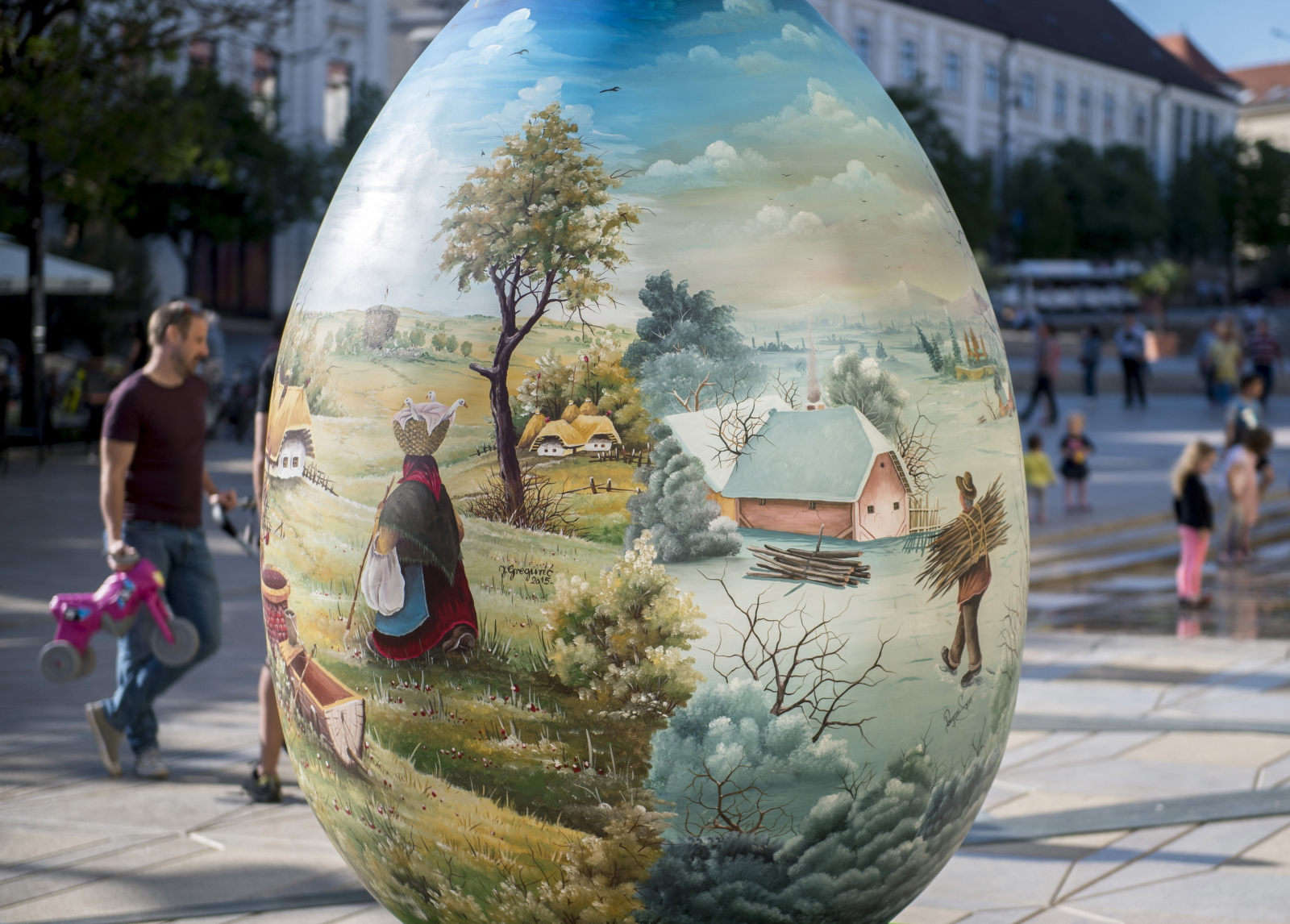Wielkie jajo świąteczne w Pecs, Węgry. Fot. PAP/EPA/Tamas Soki