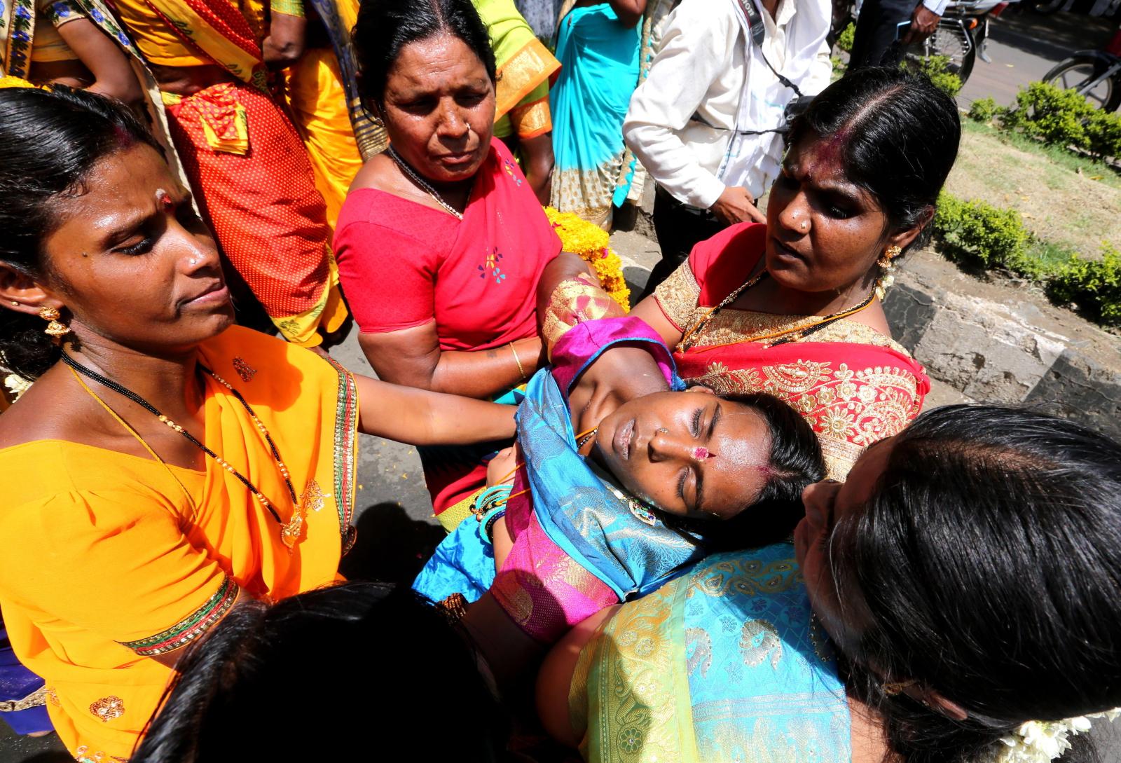 Społeczność tamilska bierze udział w procesji religijnej na cześć bogini Kali i Mariamman Puja, Indie/EPA/SANJEEV GUPTA