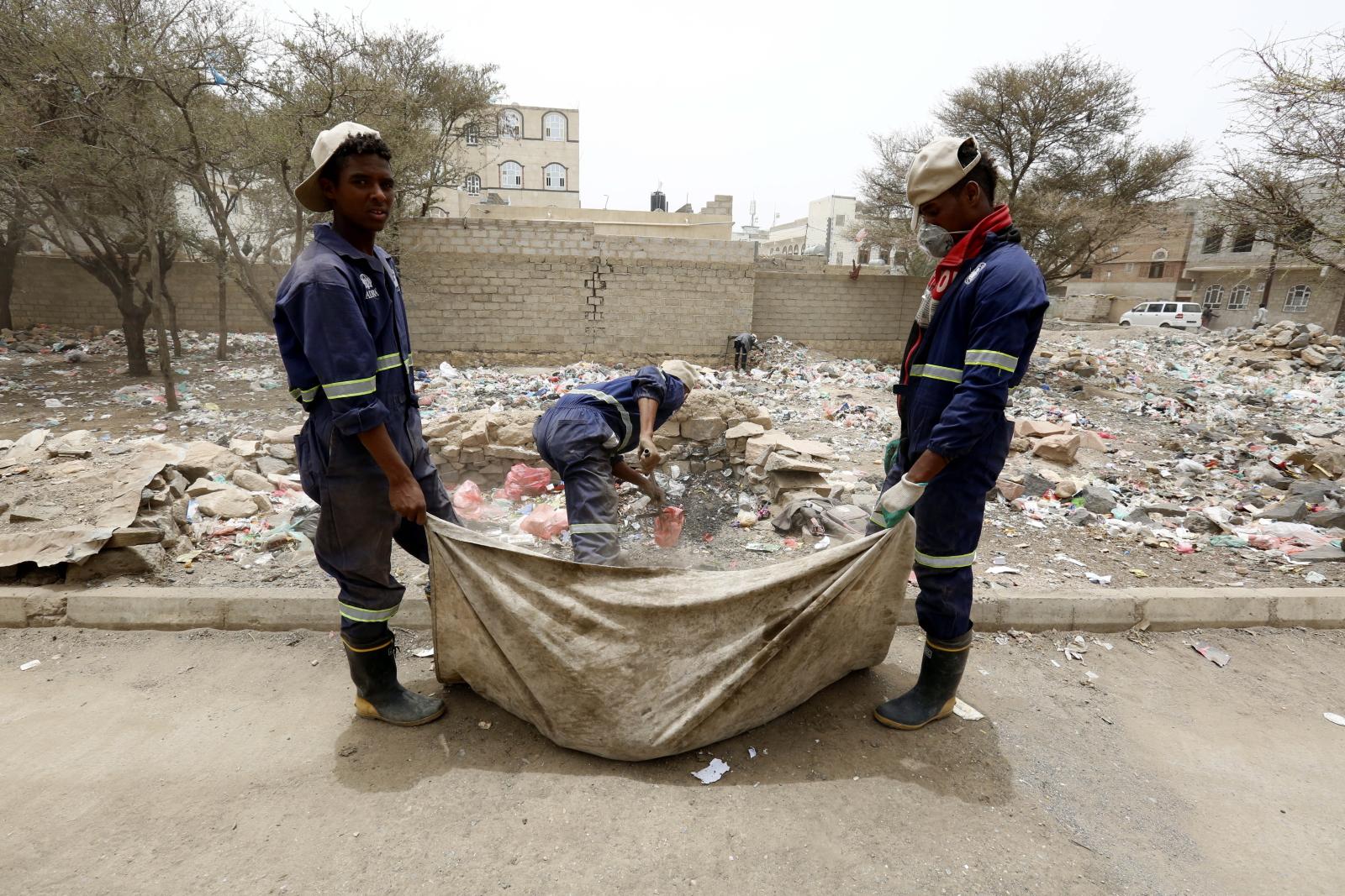 Pracownicy sanitarni oczyszczają ulicę w dzielnicy mieszkalnej w ramach kampanii przeciwko cholerze w Jemenie/EPA/YAHYA ARHAB