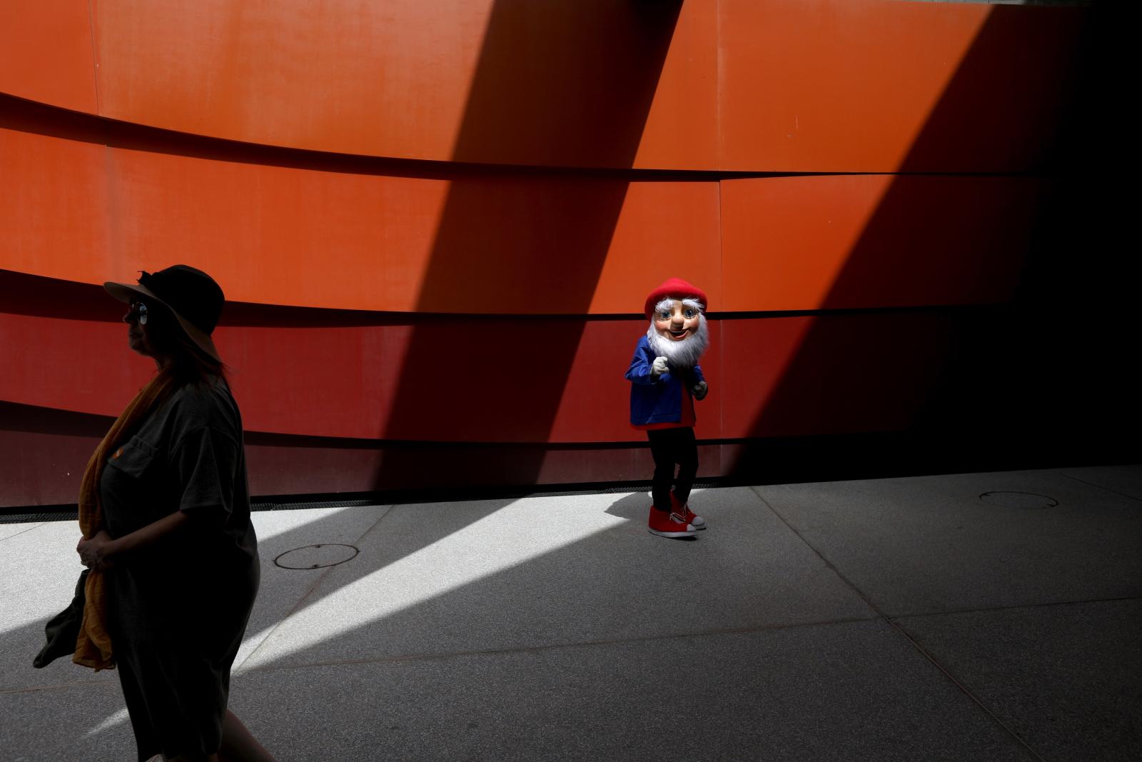 Mężczyzna noszący kostium gnoma w Holon Design Museum, w mieście Holon, Izrael/EPA/ABIR SULTAN